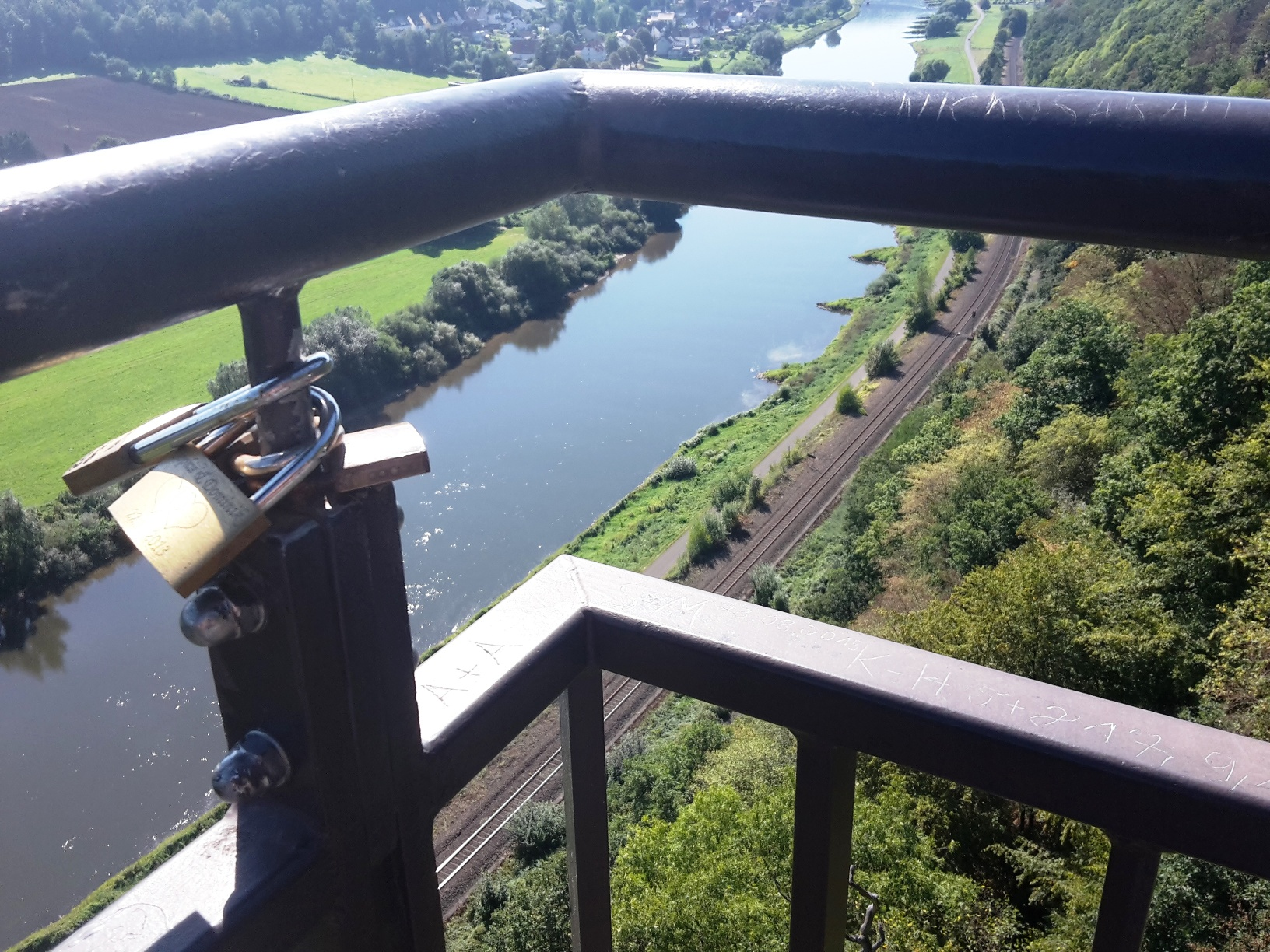 Liebesschlösser am Weser-Skywalk