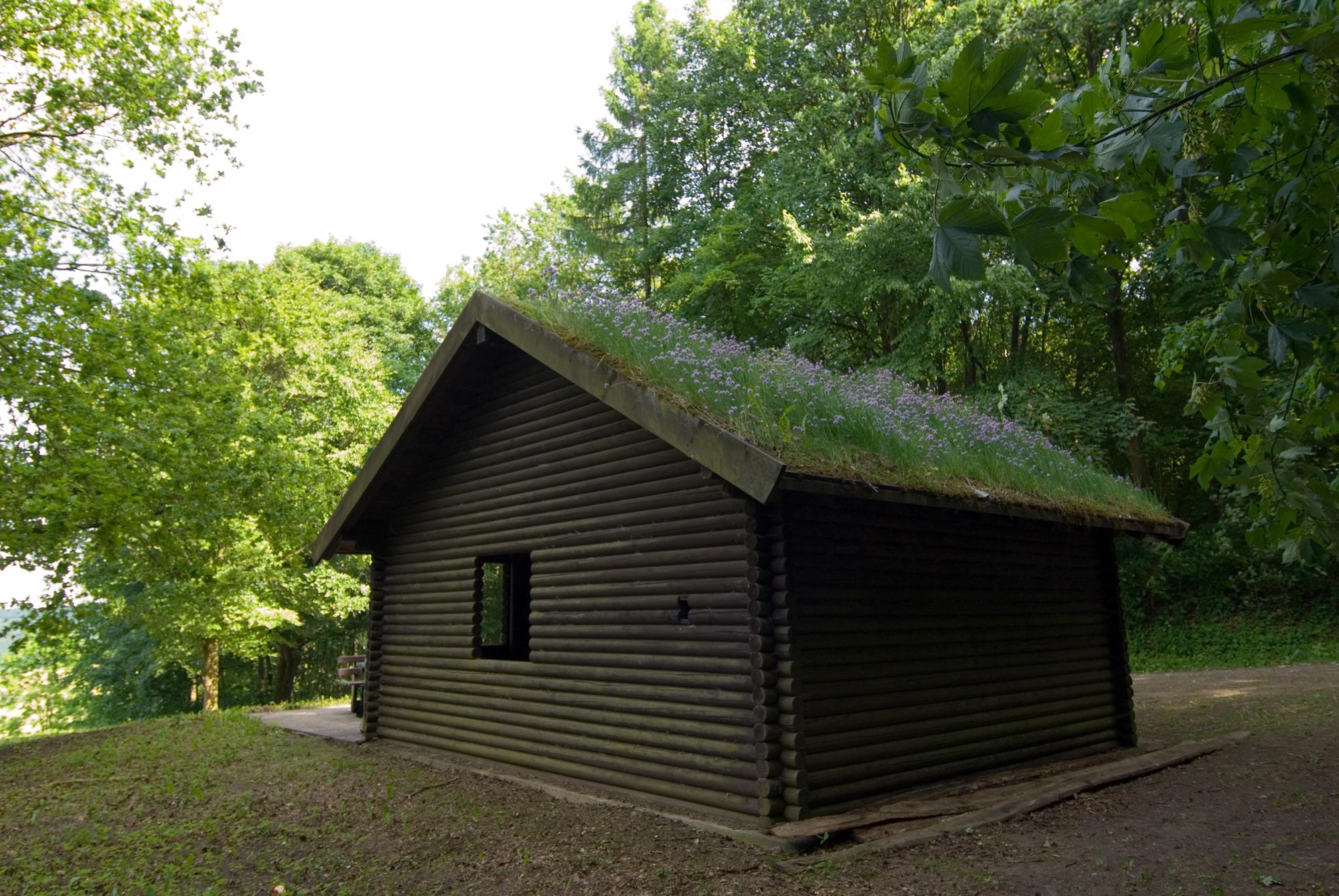 Neben dem Kaleidoskop lädt eine Schutzhütte zur Rast ein