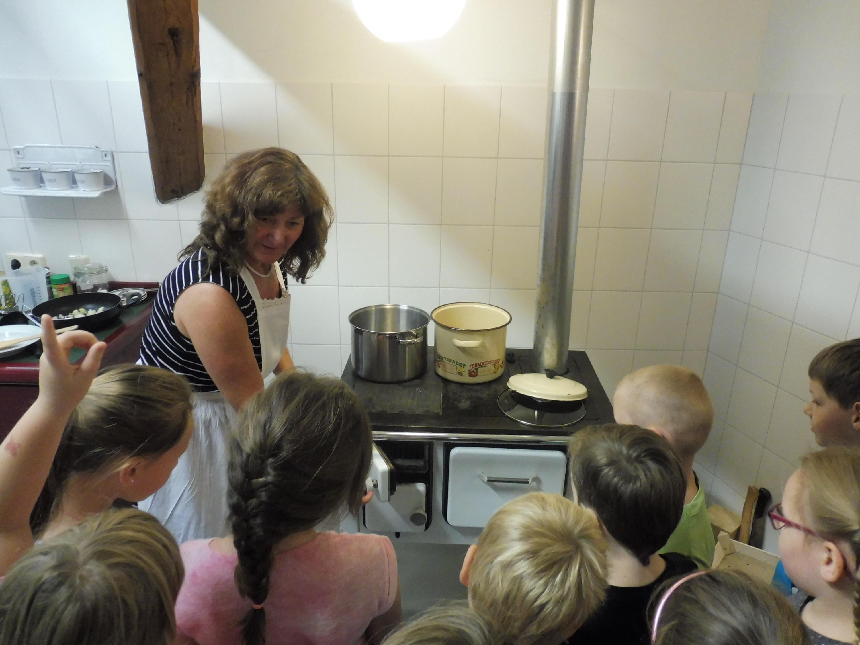 Auf historischen Kohleherden nach historischen Rezepten Kochen, ein Spaß für alle Kinder im Schraube- Museum