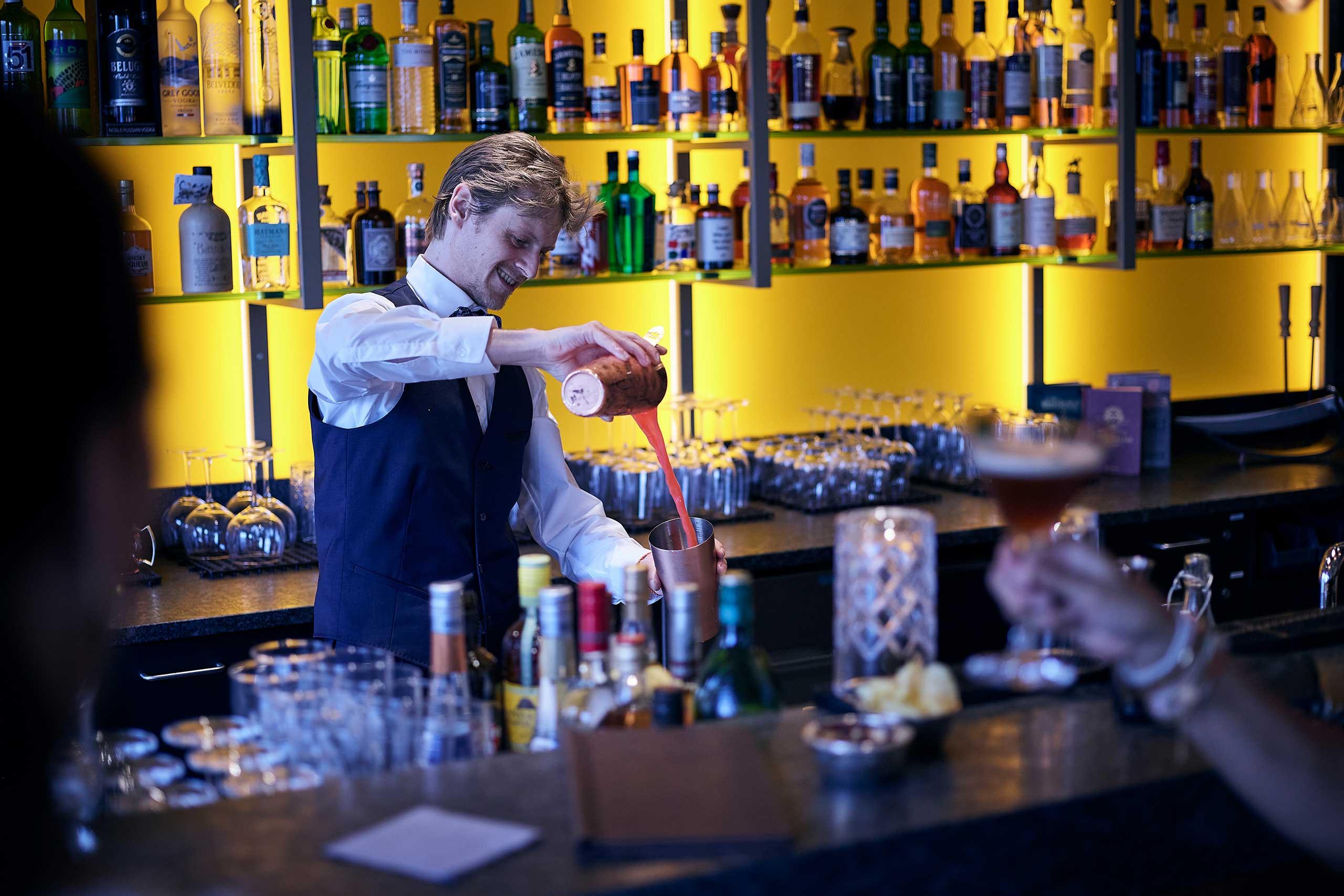 captains-bar-spiez-bar-bartender-cocktail.jpg