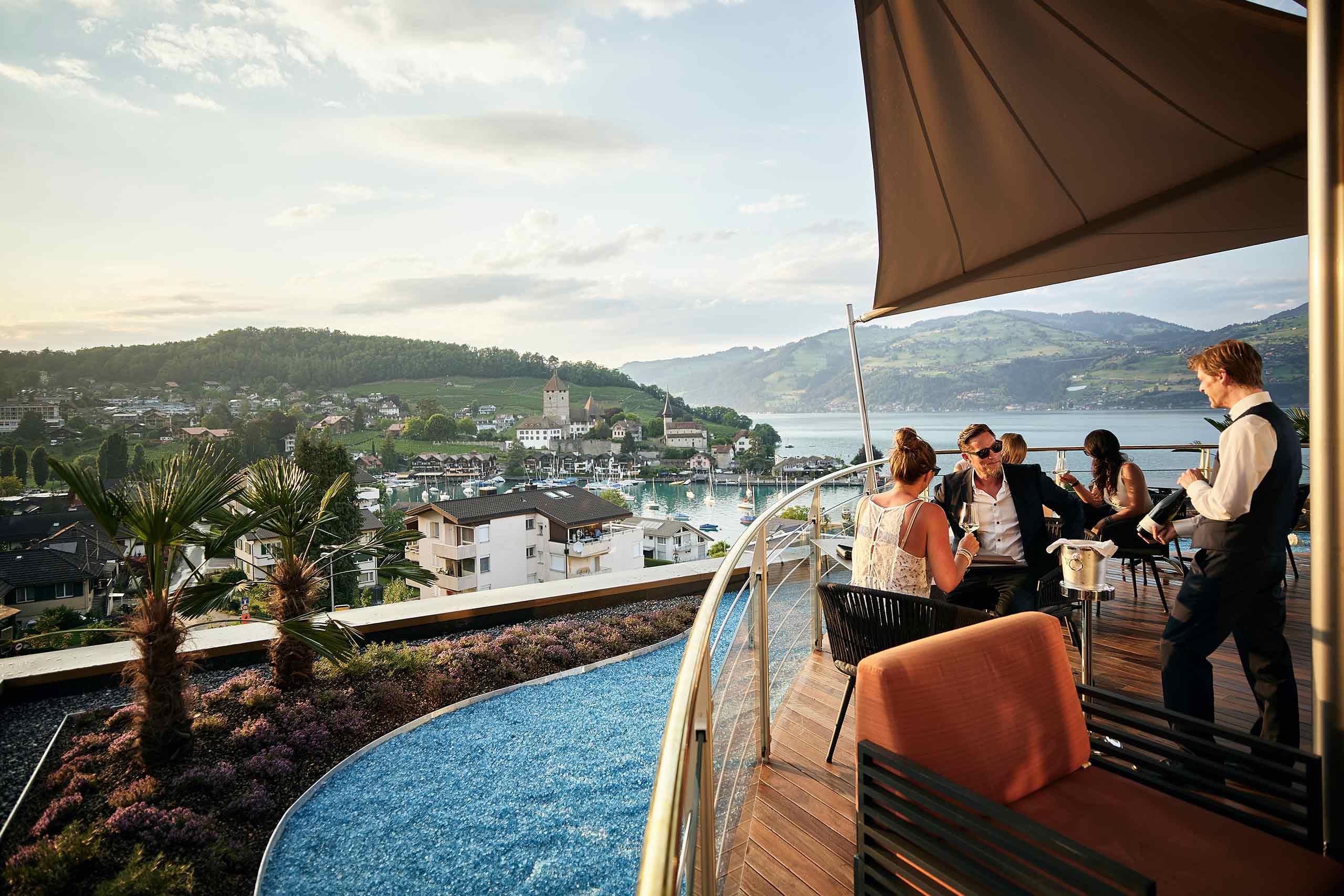 captains-bar-spiez-terrasse-gaest-kelner-sommer-bucht-thunersee.jpg