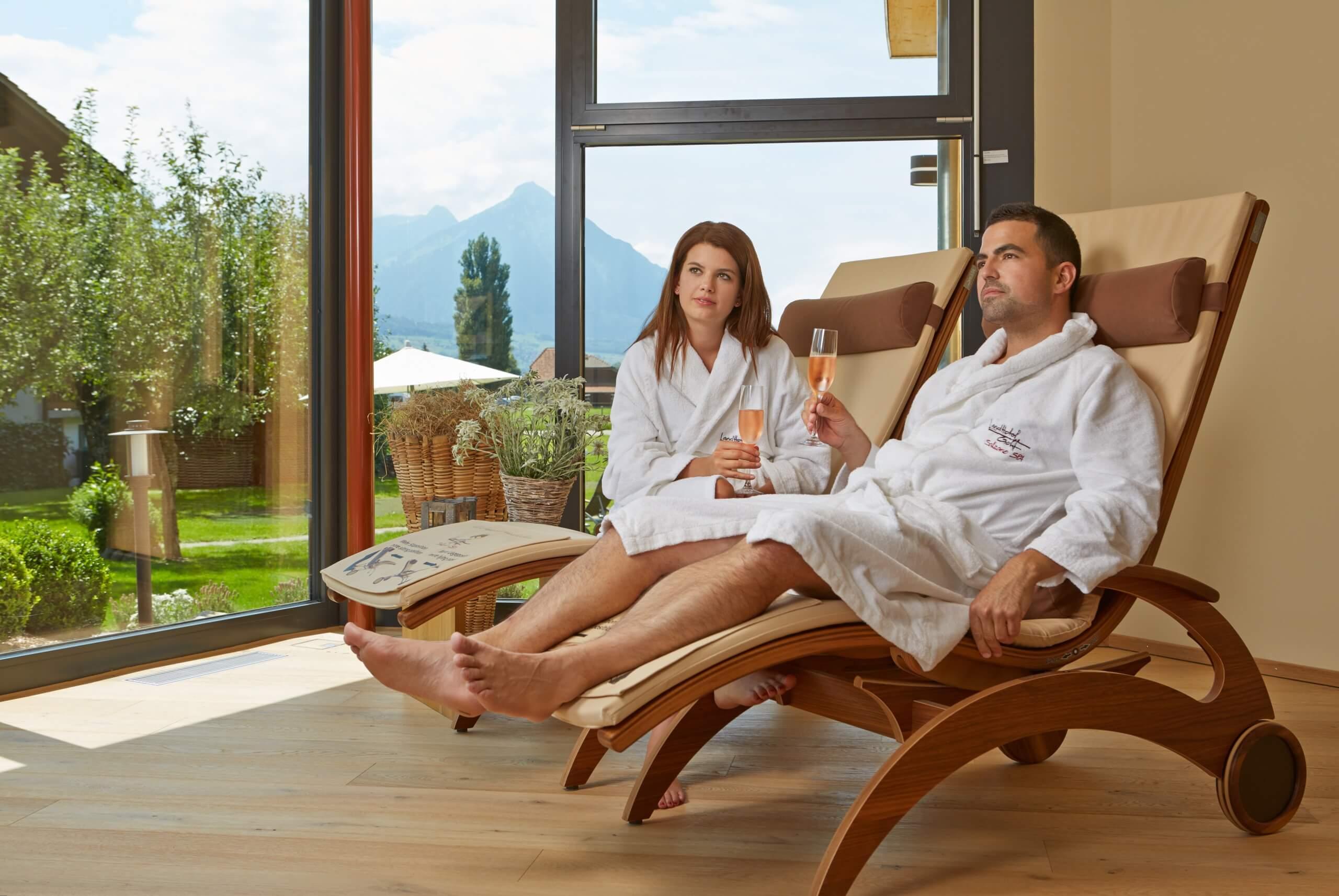 salzano-spa-aussicht-liegestuehle-wellness-bademantel