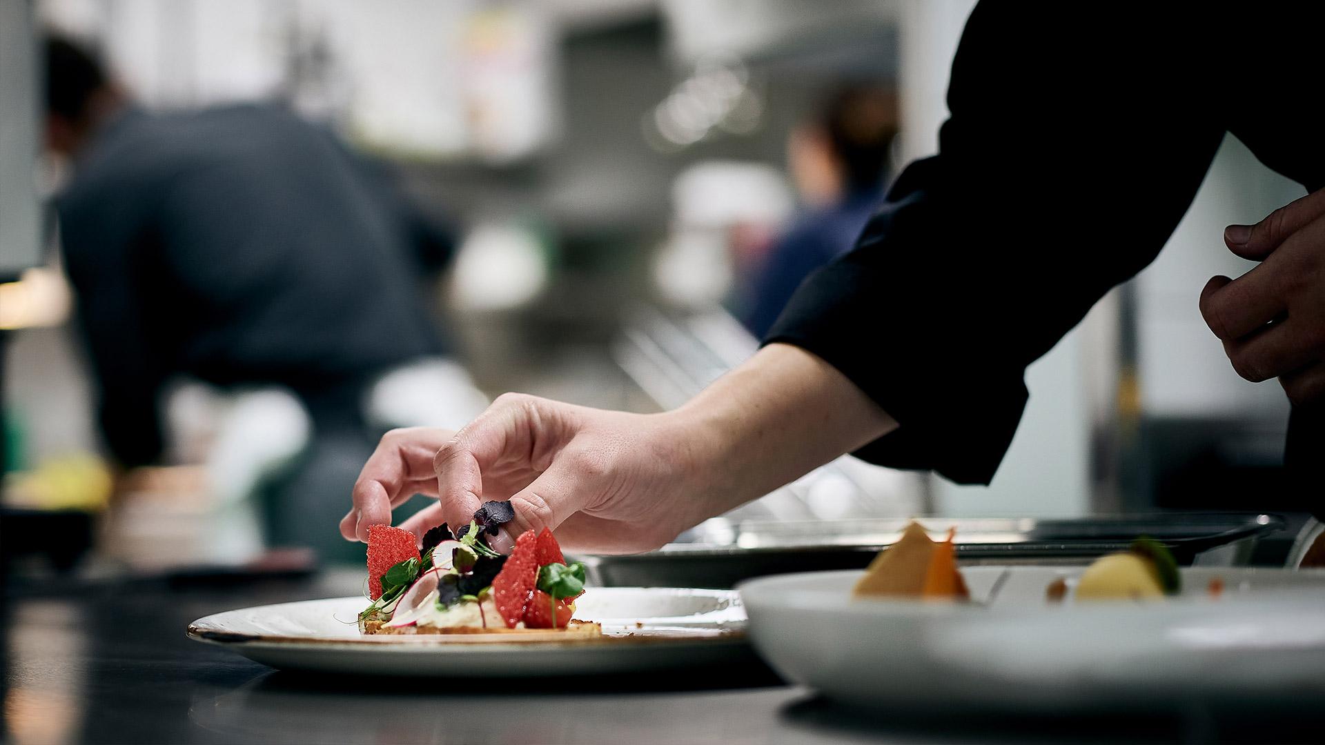 restaurant-belvedere-spiez-kueche-gericht-anrichten.jpg