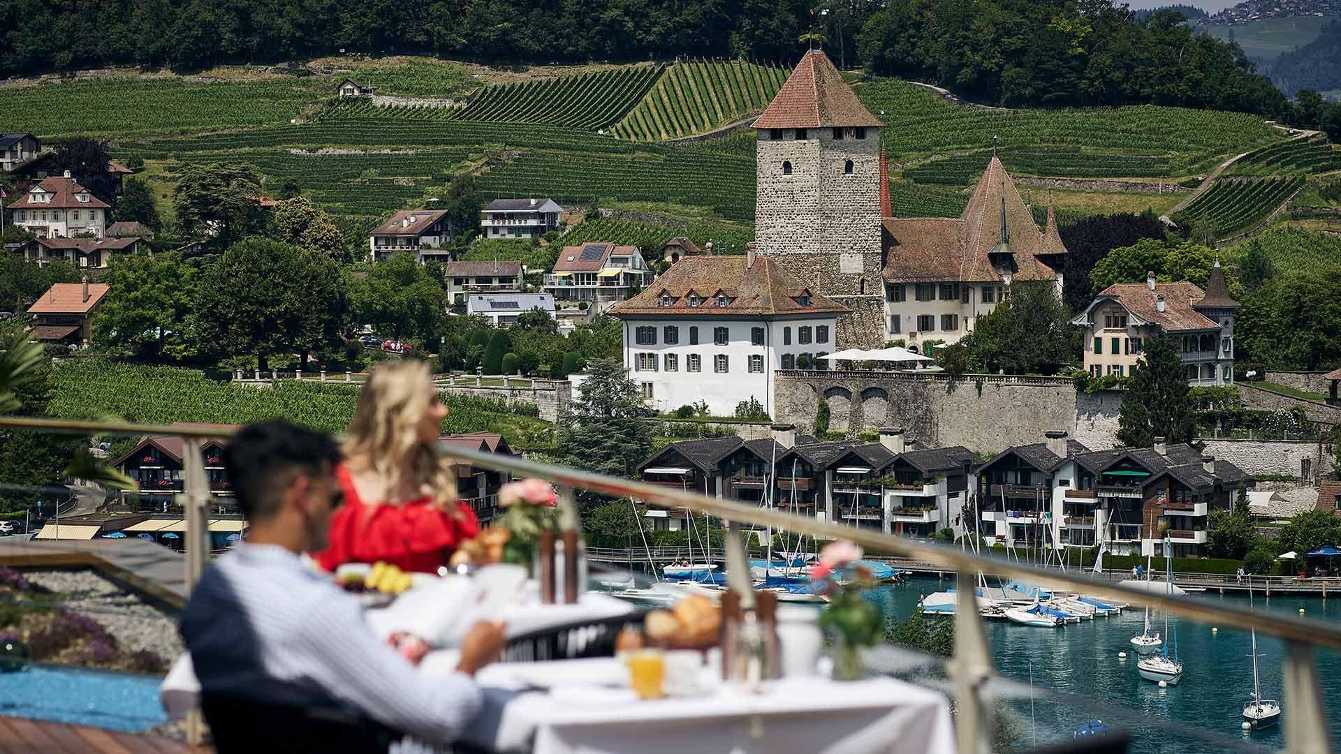 restaurant-belvedere-spiez-terrasse-par-aussicht-schloss-rebberg-bucht.jpg
