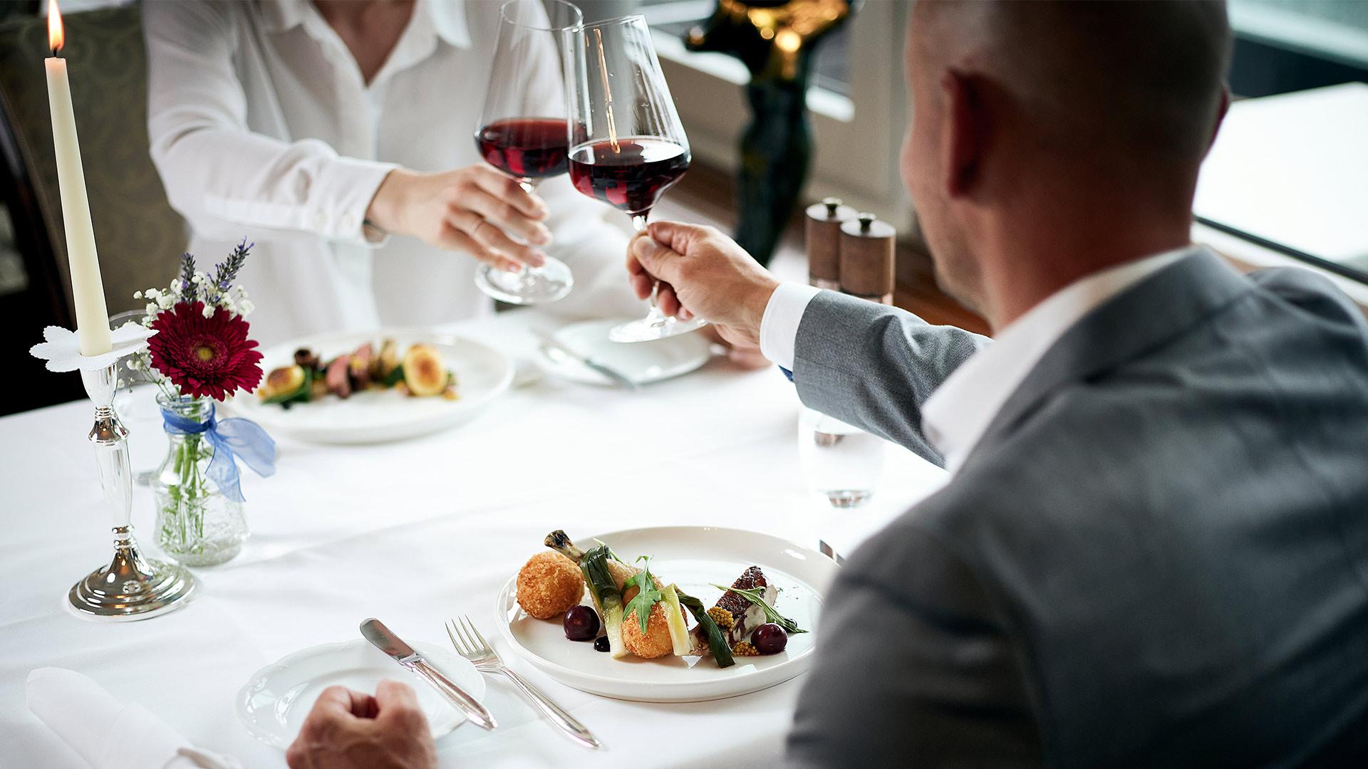 restaurant-belvedere-spiez-gaeste-wein-anstossen-essen-kerze-blumen.jpg