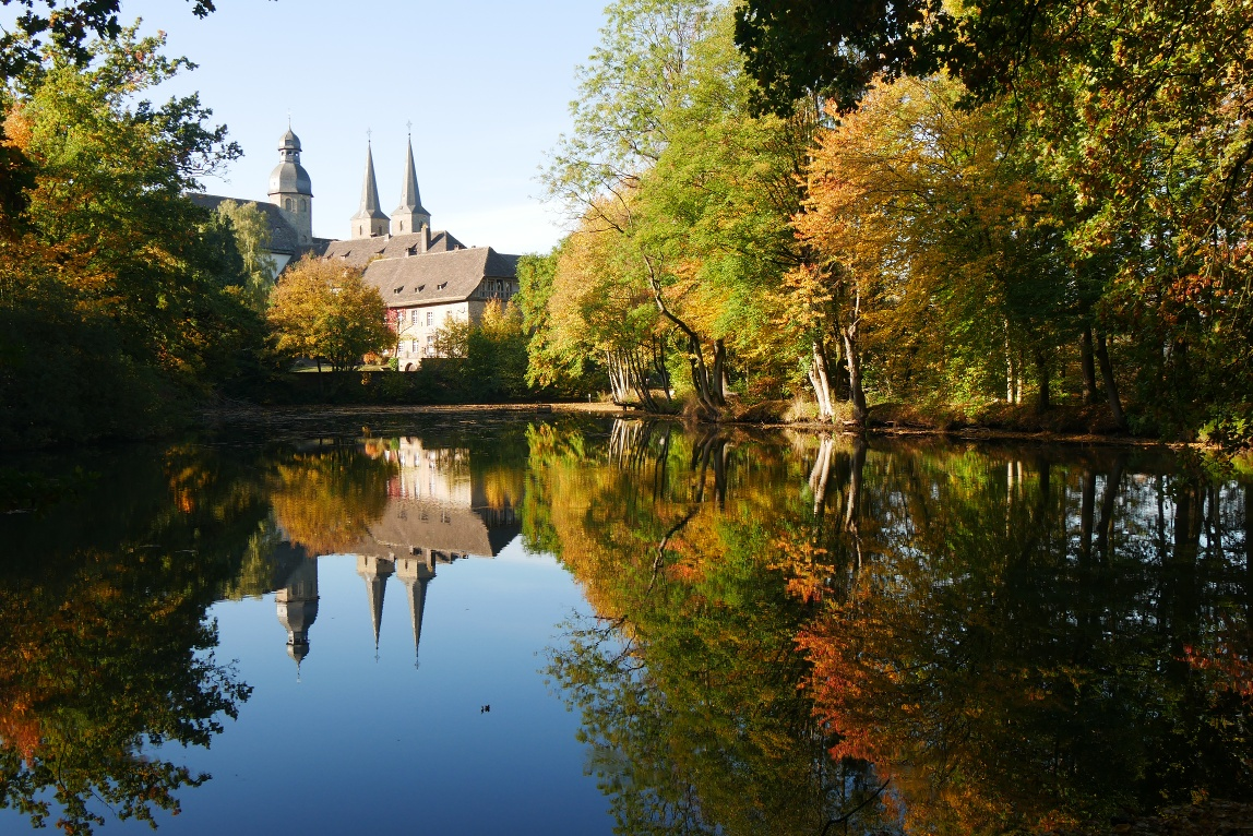 Blick auf die Abtei Marienmünster im Herbst