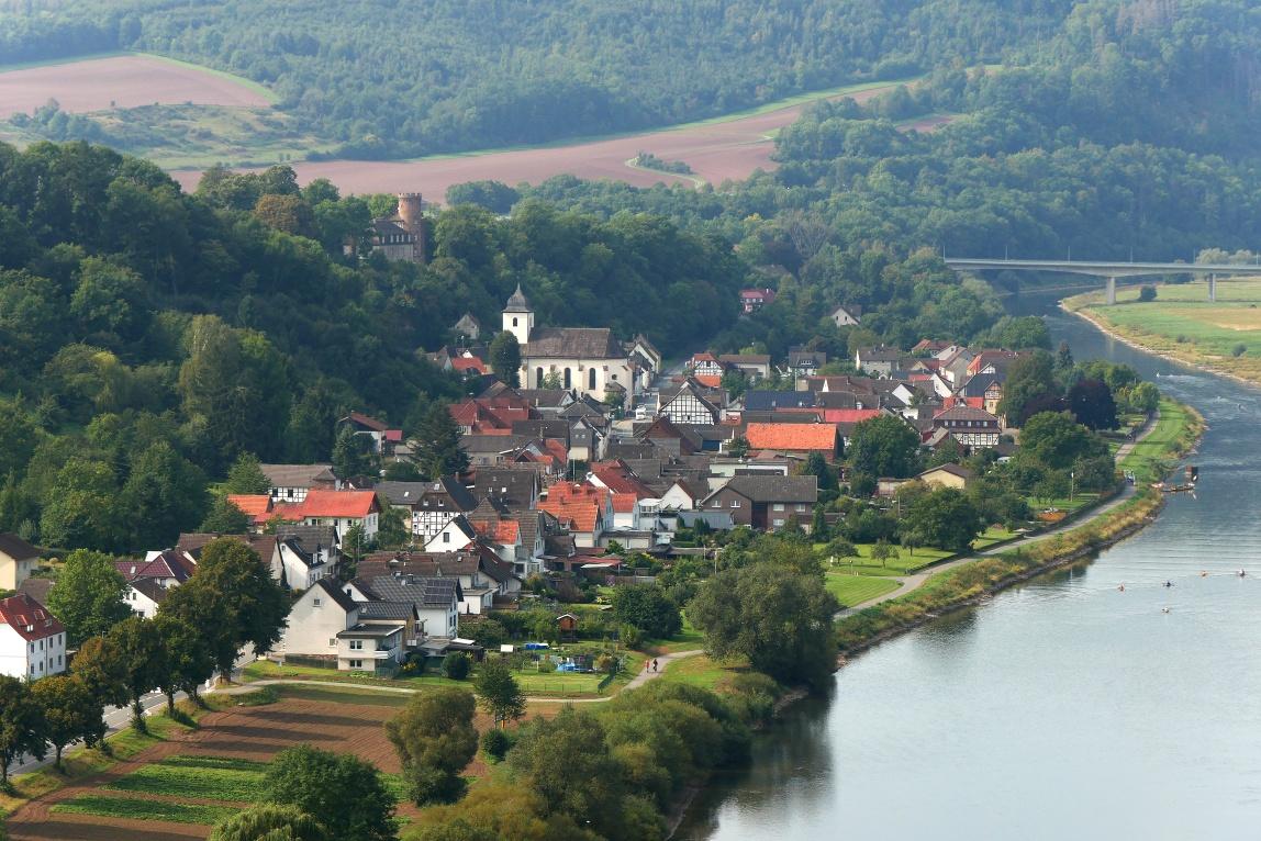 Blick vom Weser-Skywalk auf Herstelle