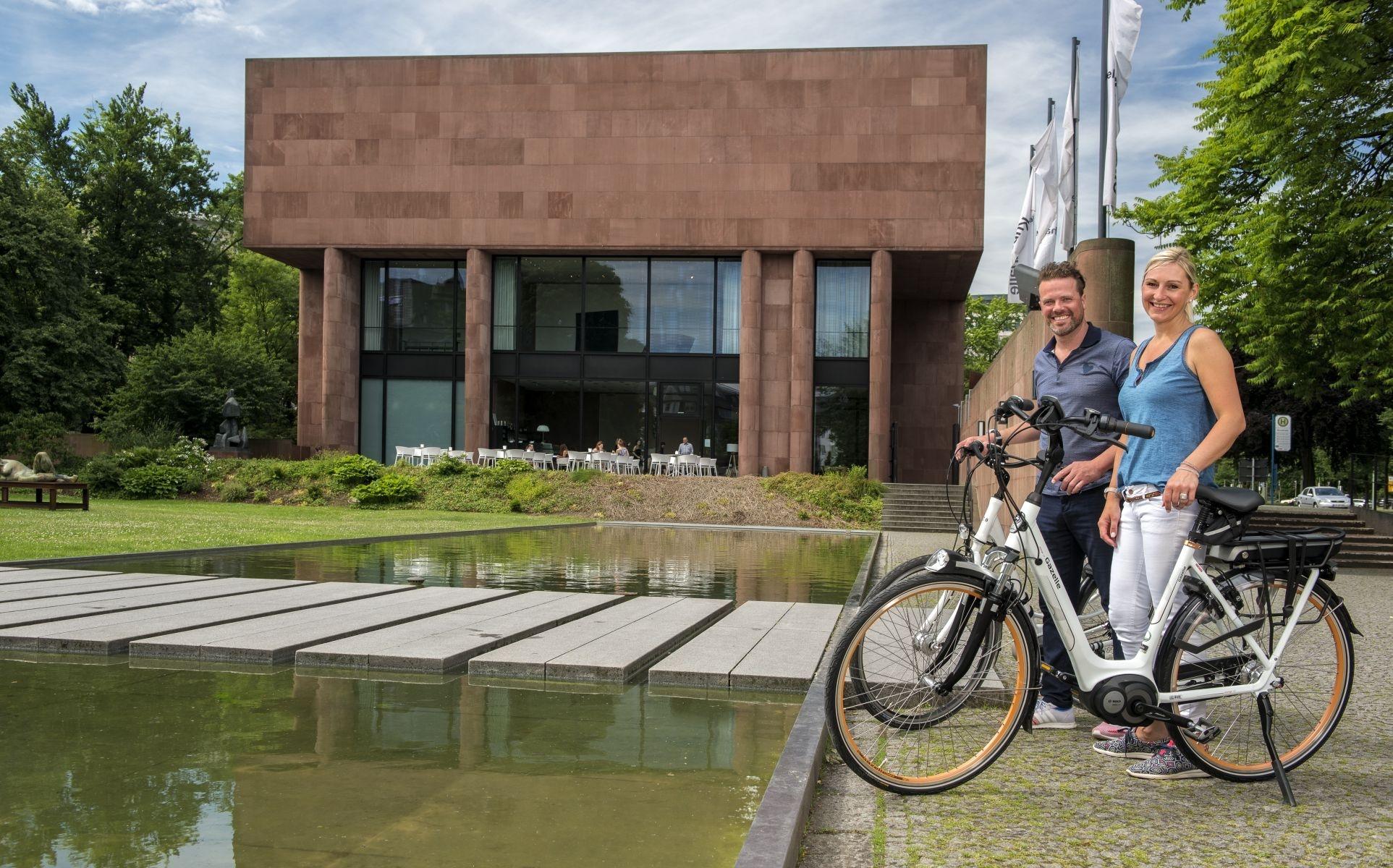 Radfahrer an der Kunsthalle Bielefeld