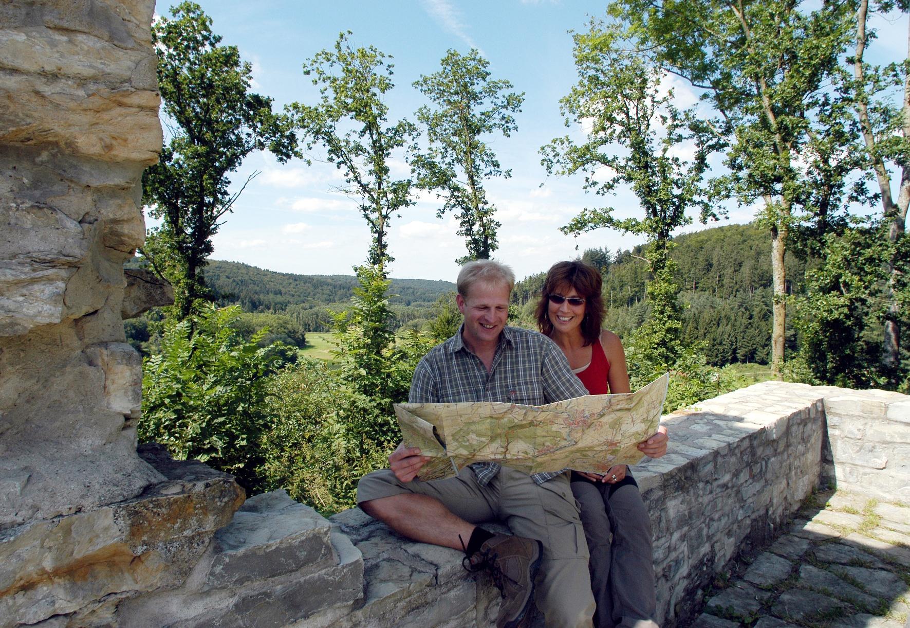Wanderer auf der Burgruine Ringelstein in Harth