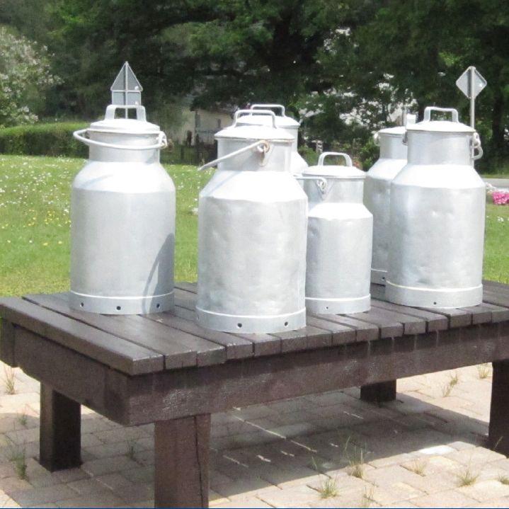 Historische Milchkannen