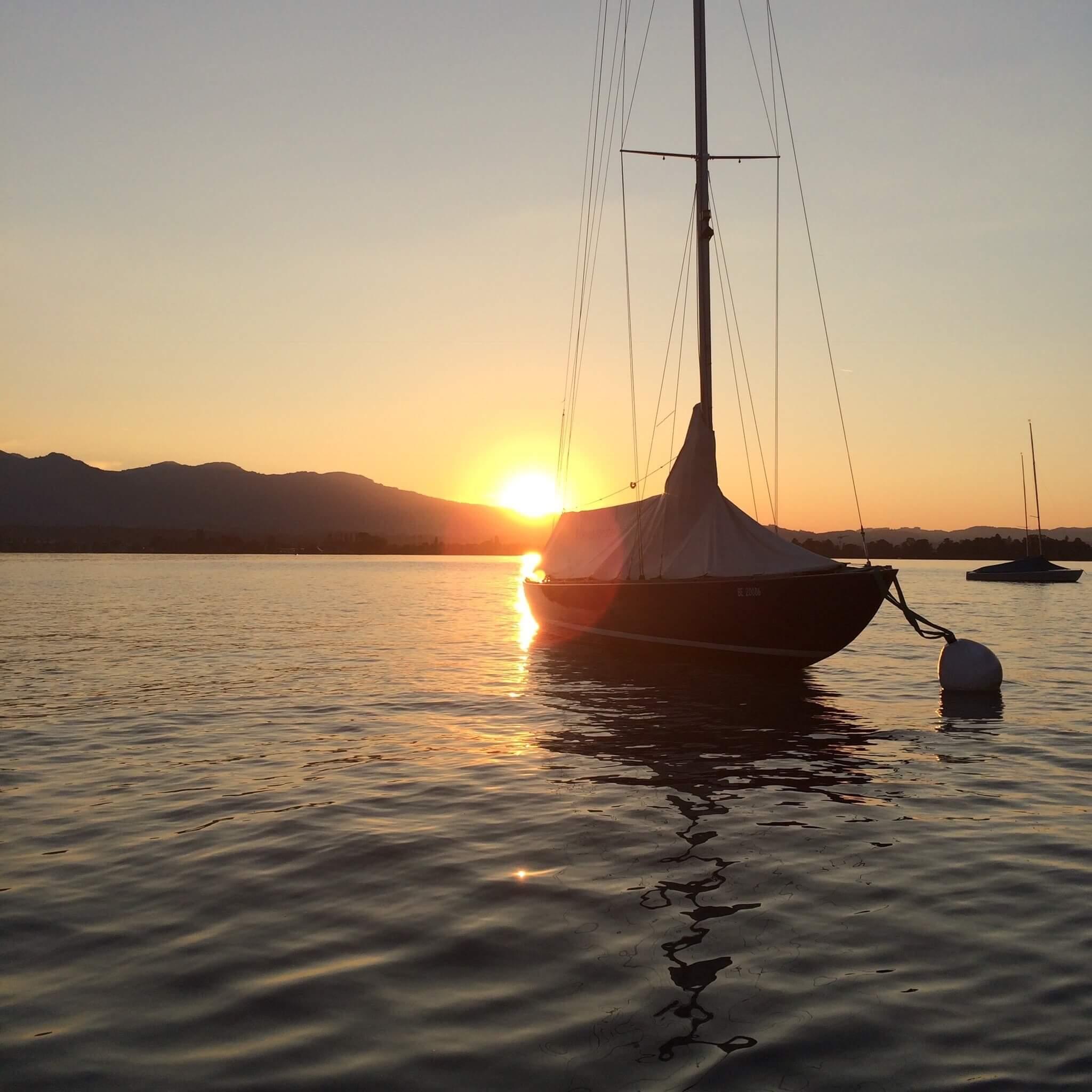 spiez-segelschule-donnerstag-abend-thunersee-segeln-sonnenuntergang-sommer-segelschiff