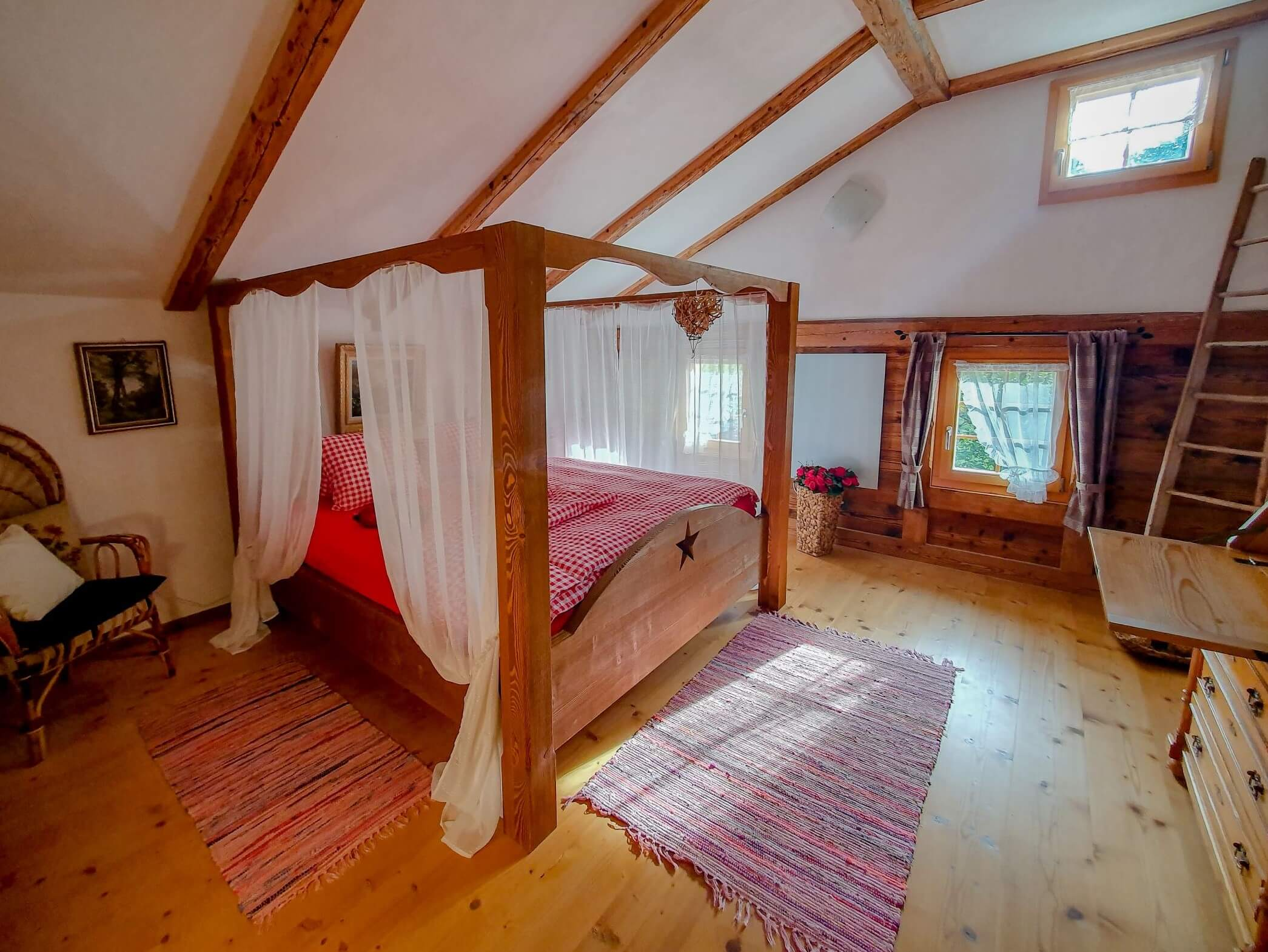 Schlafzimmer 1 mit Himmelbett
