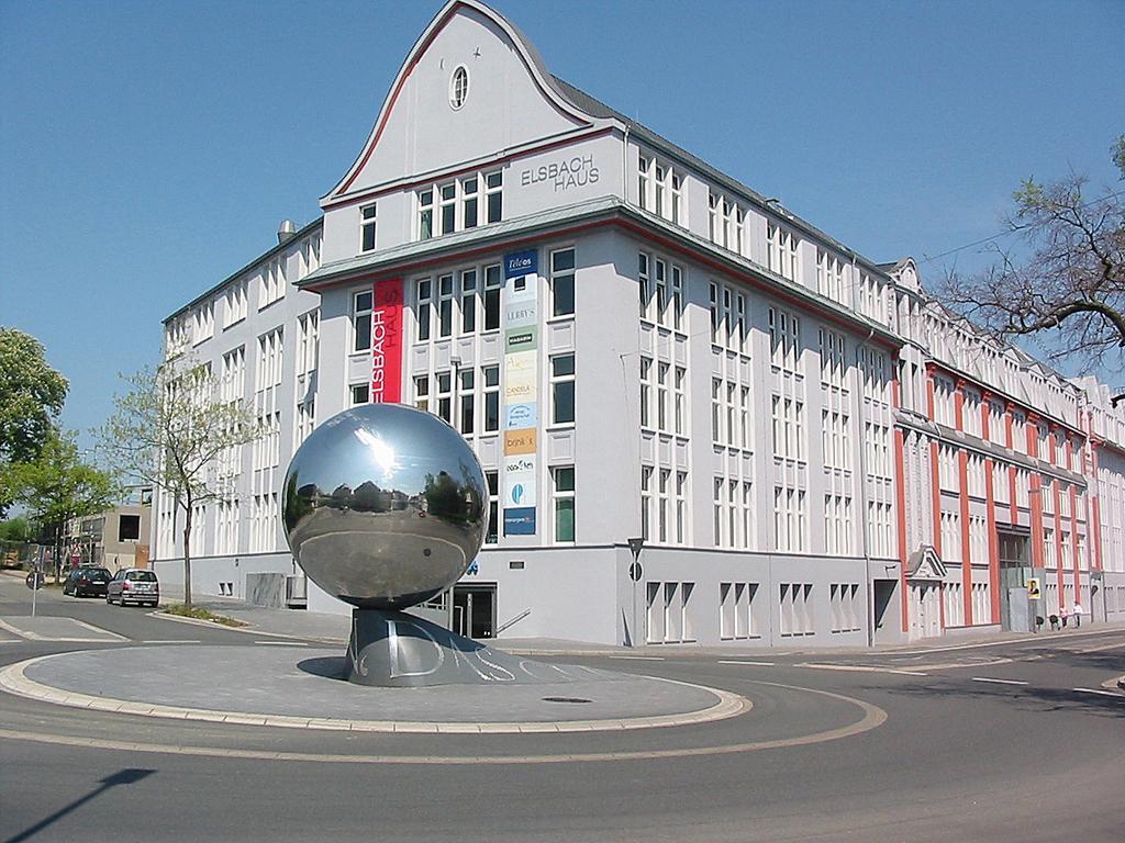 Elsbach Haus mit Kugel-Skulptur