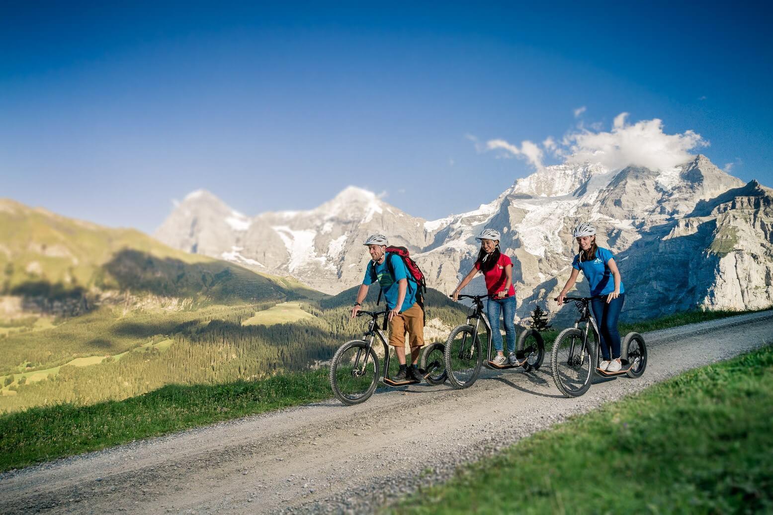 gruetschalp-gravity-scooter-monster-trotti-sommer-panorama-berge-abfahrt
