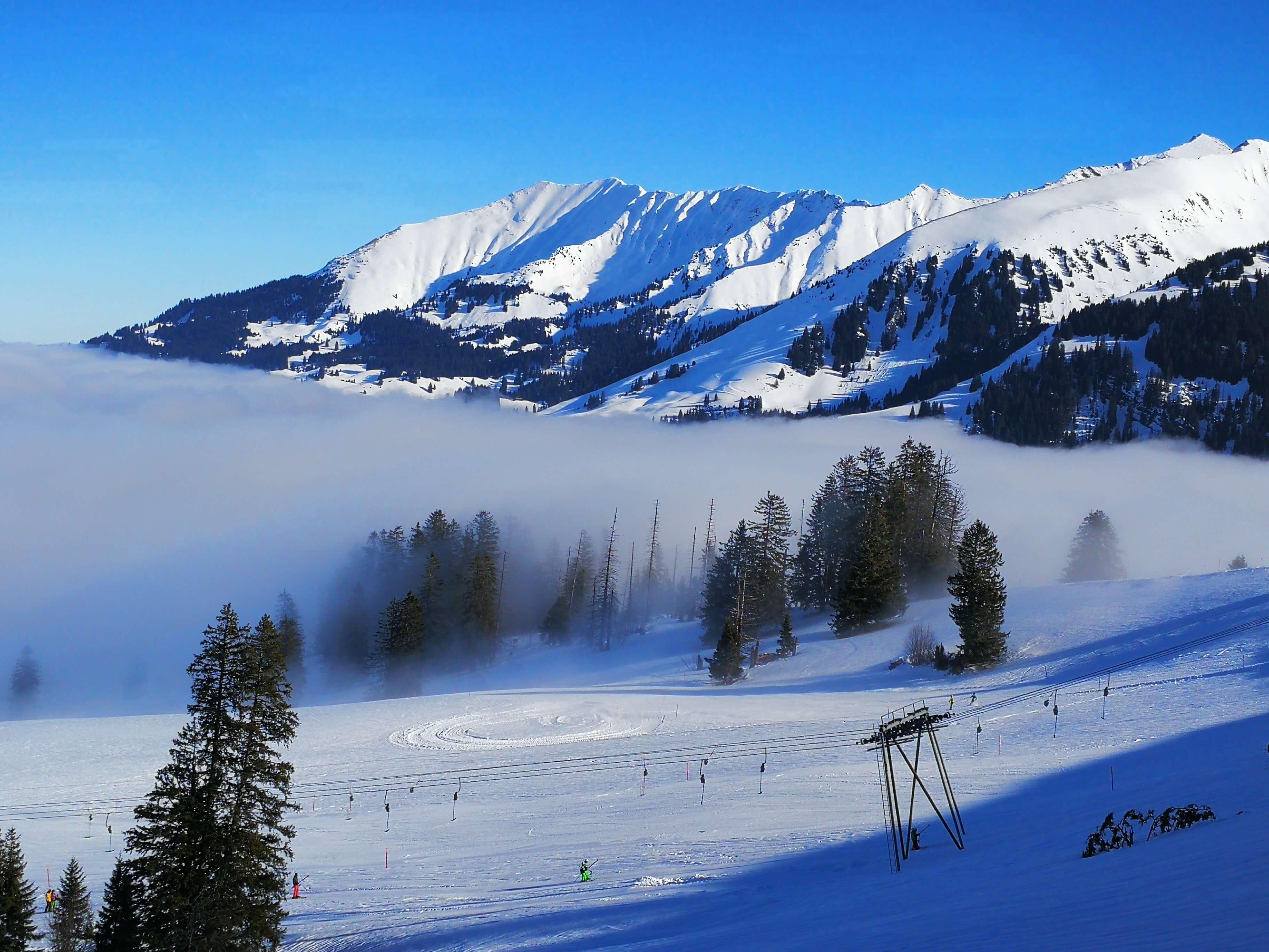 Skifahren über dem Nebelmeer am Wiriehorn