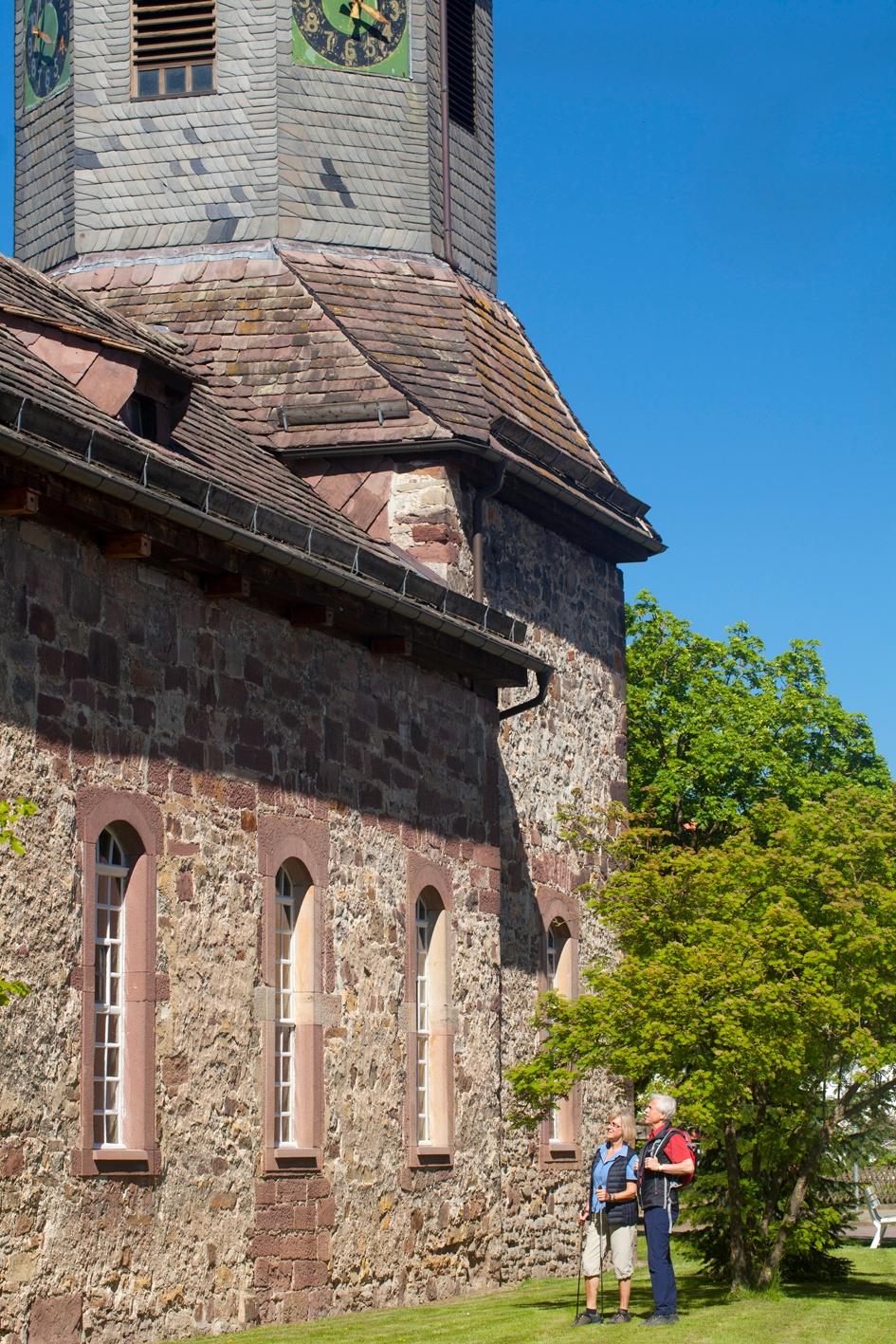 Wanderer an Kirche Eberschütz, Sandsteinkirche im Diemeltal