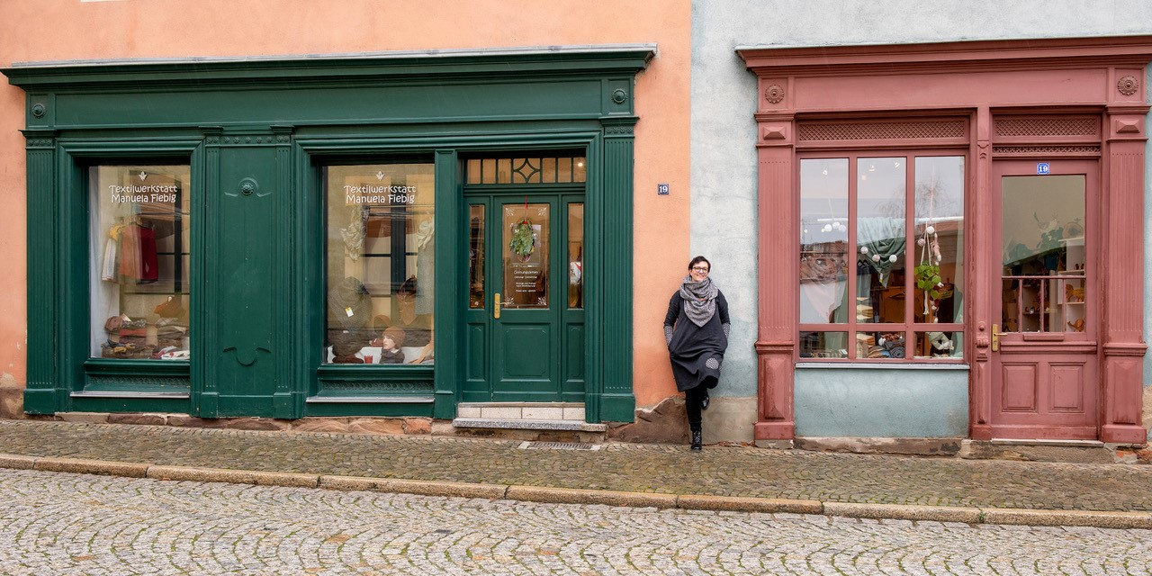 Manuela Fiebig vor ihrem Laden Textilwerkstatt.jpg