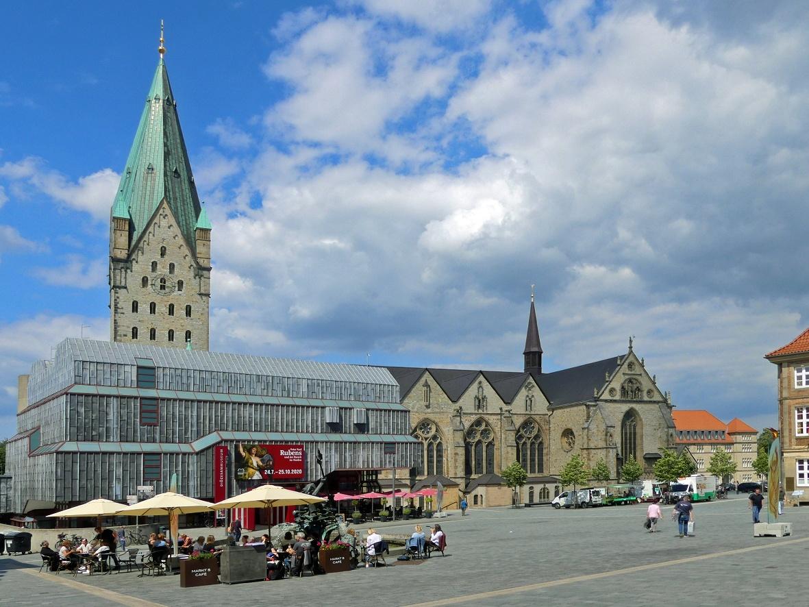 Blick auf den Marktplatz mit Diözesanmuseum und Dom