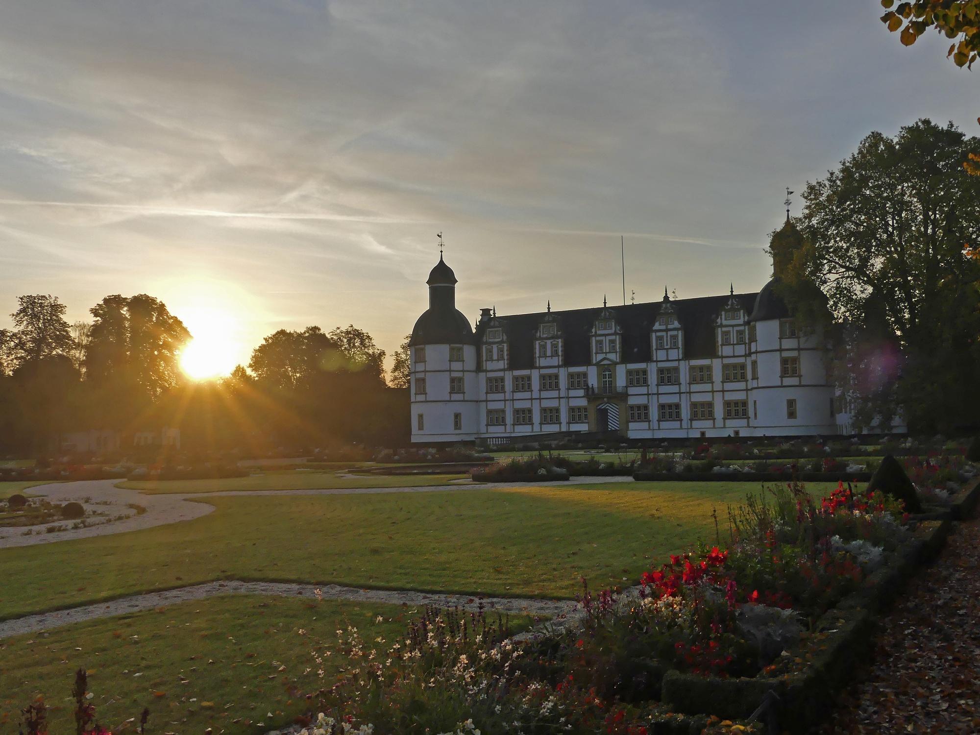 Schloß Neuhaus mit Sonnenaufgang