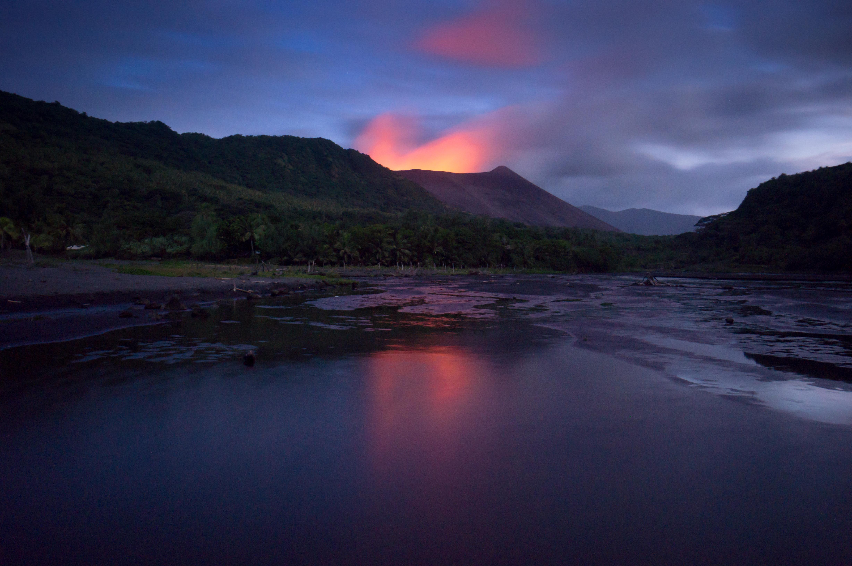 pressebild_spiegelung-des-vulkan-yasur-in-vanuatu.jpg