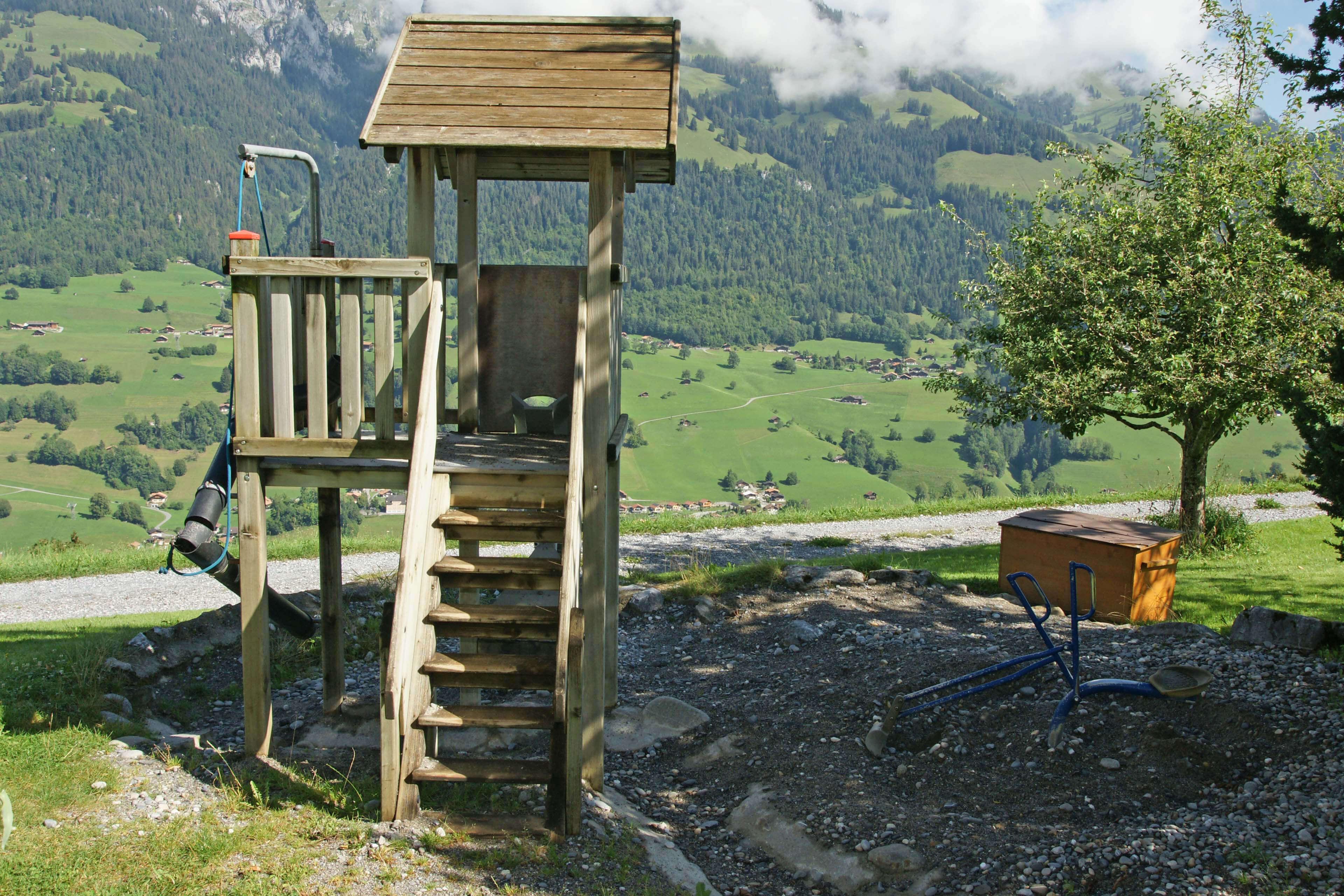 Spielturm mit Rutschbahn