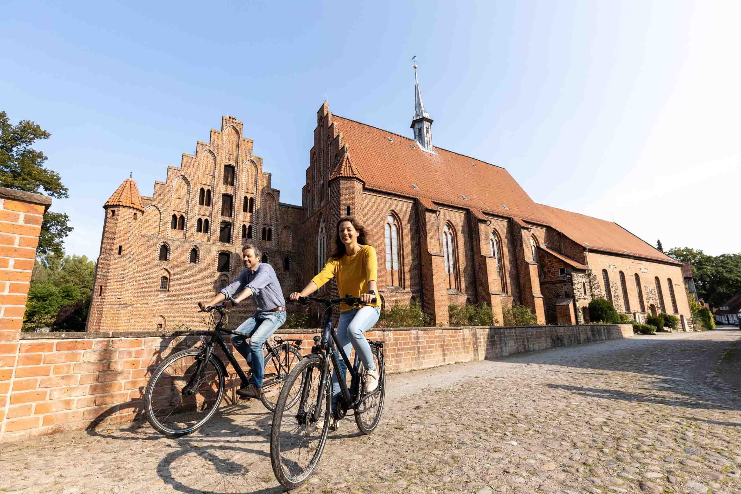Der Aller-Radweg führt am Kloster Wienhausen vorbei
