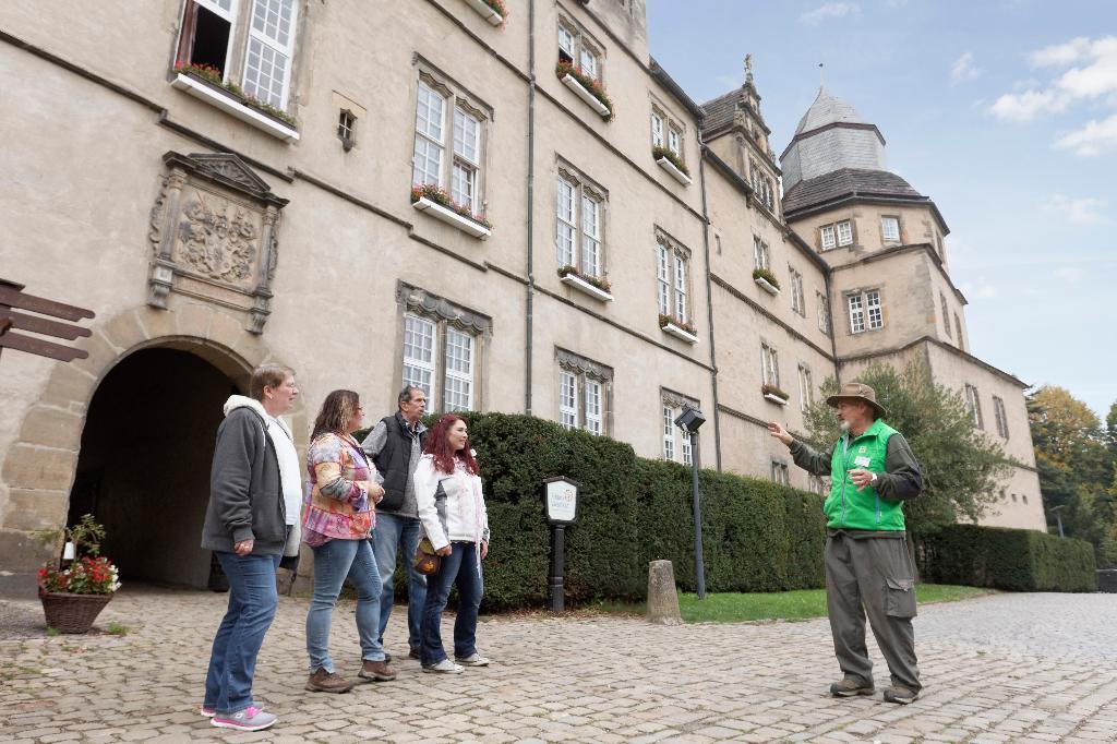 Vor dem Torbogen von Schloss Varenholz