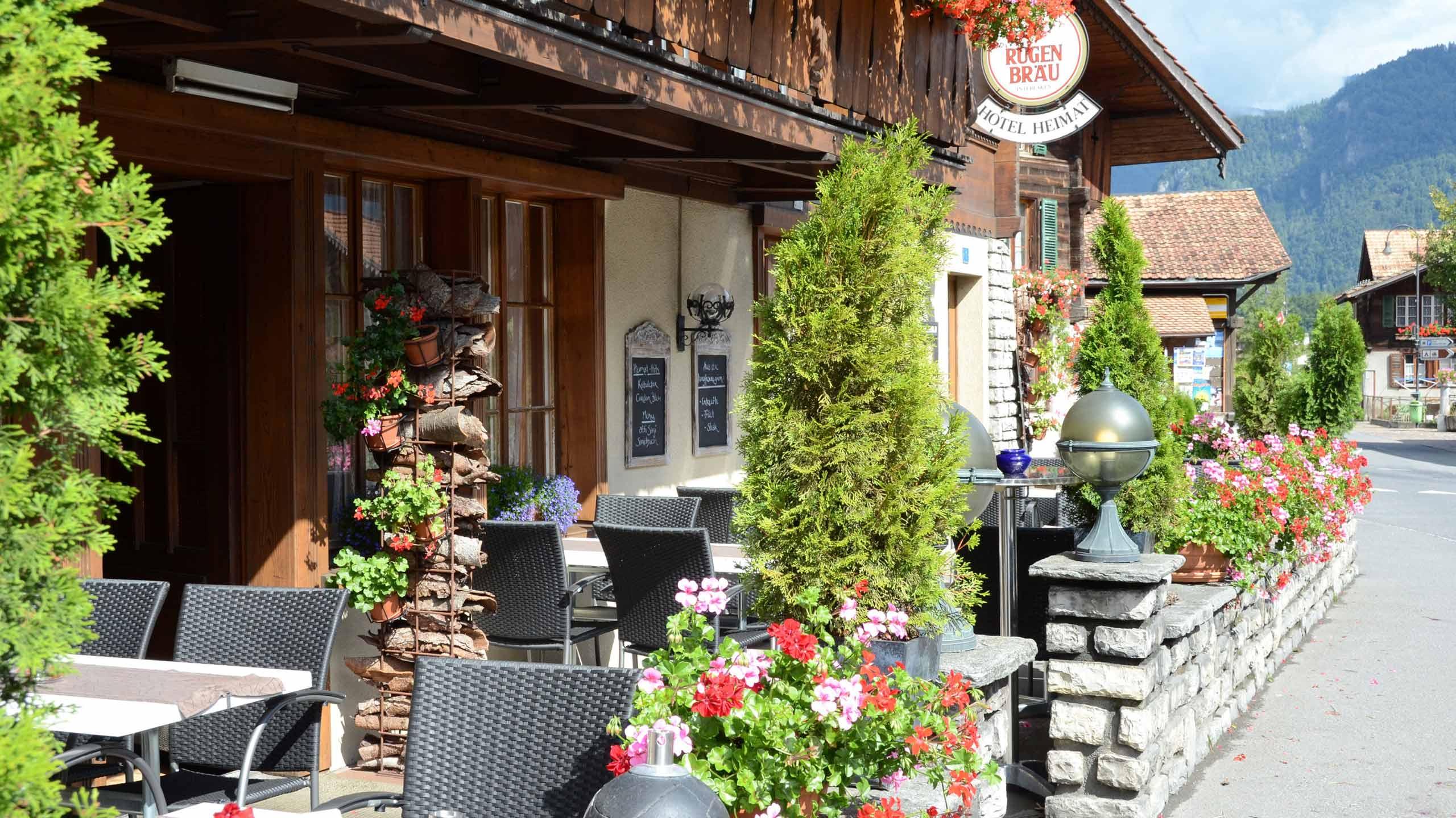 chalet-hotel-heimat-terrasse-strassenseite-eingang.jpg