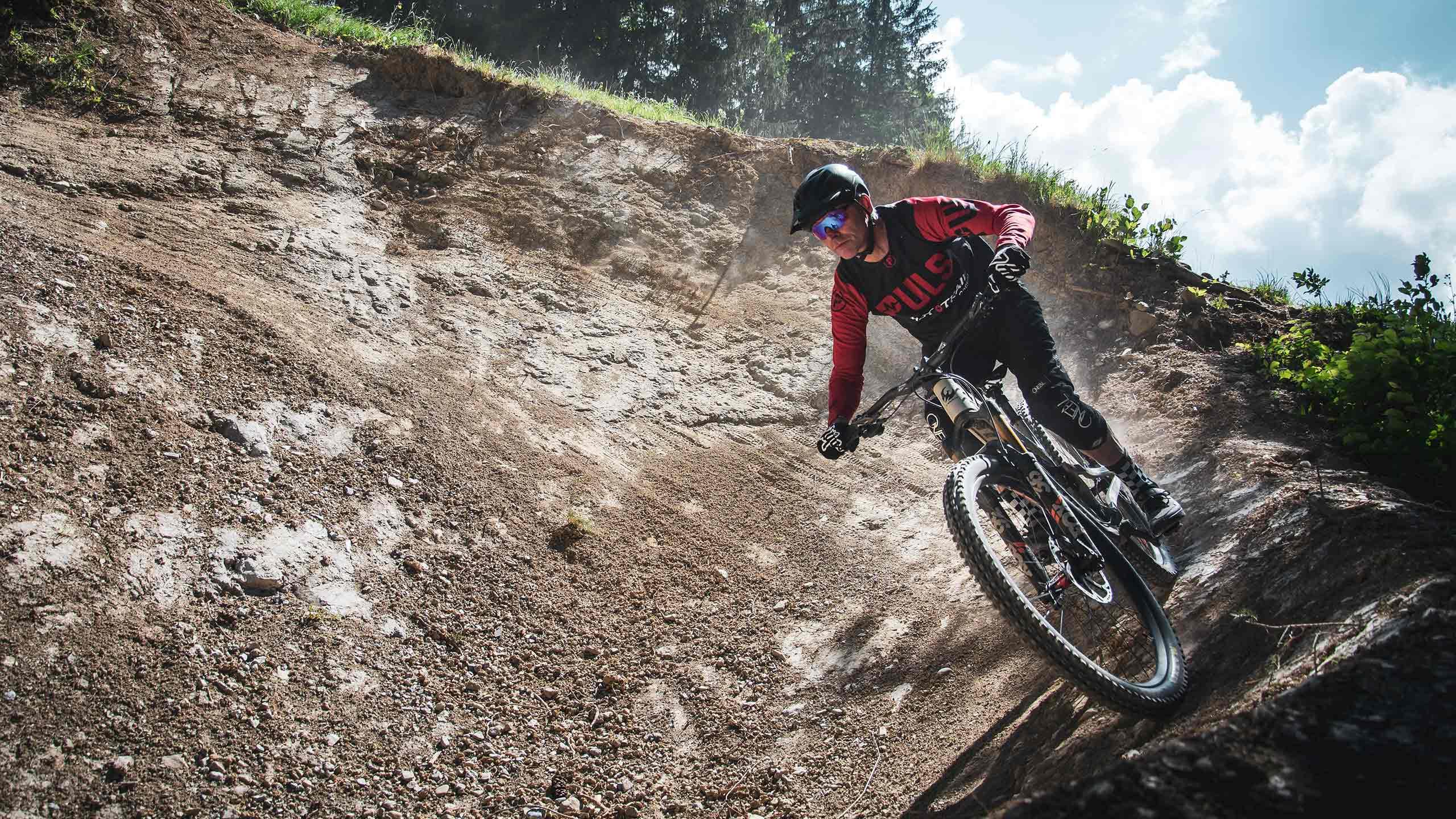 downhill-bikepark-wiriehorn-biker-in-steilwandkurve.jpg