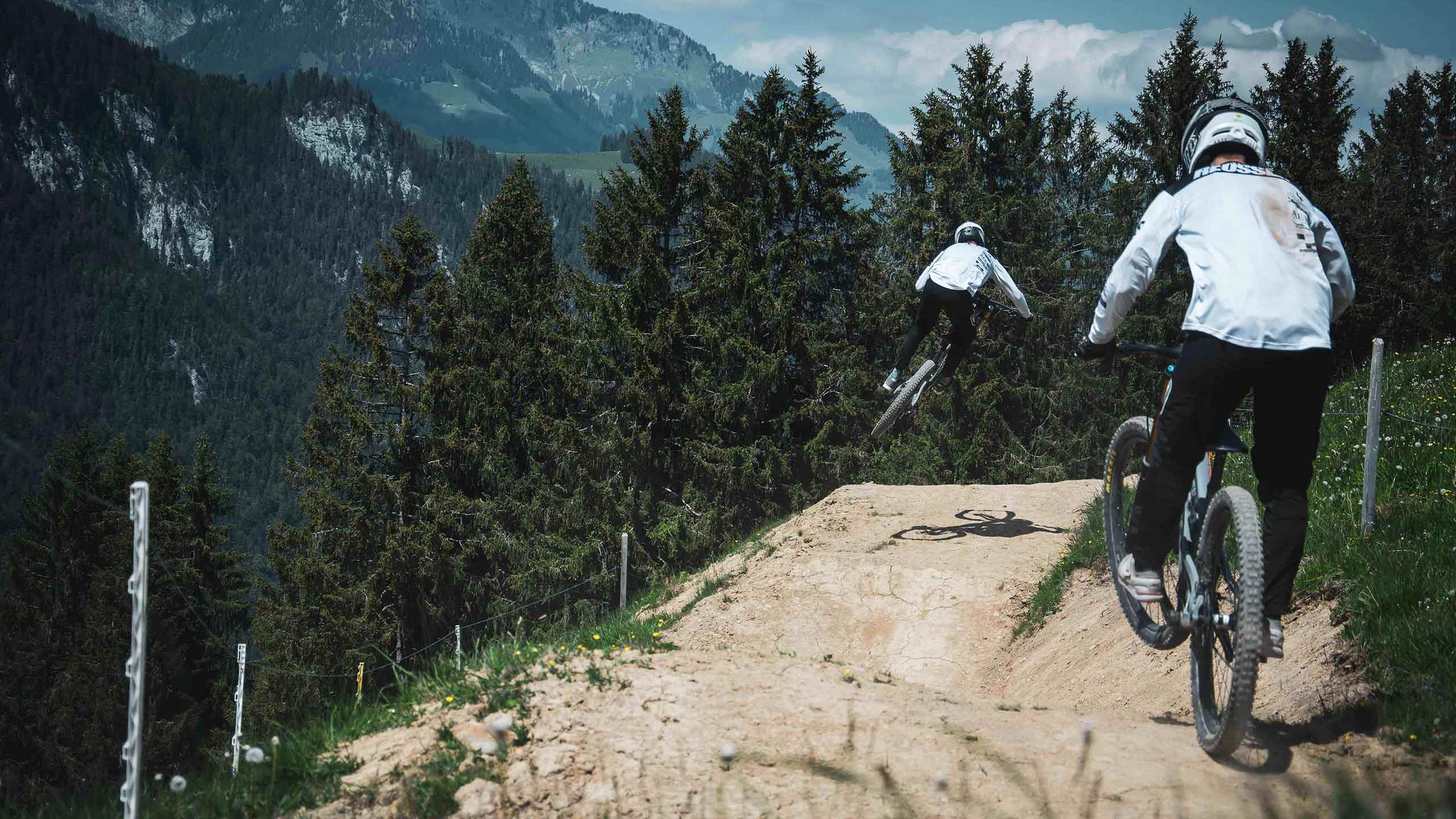 downhill-bikepark-wiriehorn-biker-springen-bei-der-abfahrt.jpg