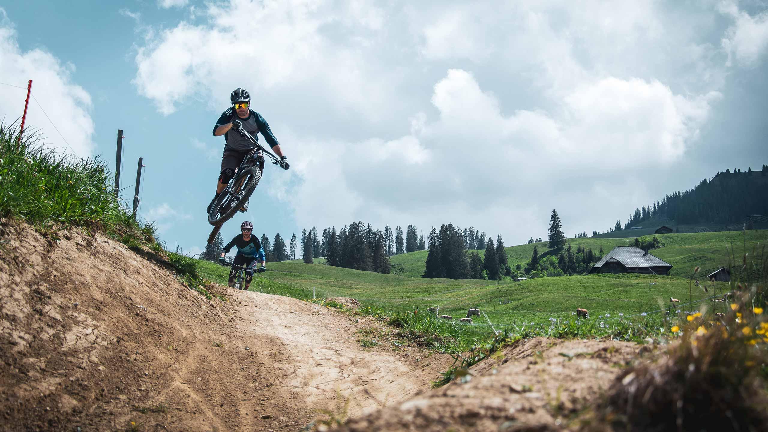 downhill-bikepark-wiriehorn-biker-springen-ins-bild.jpg