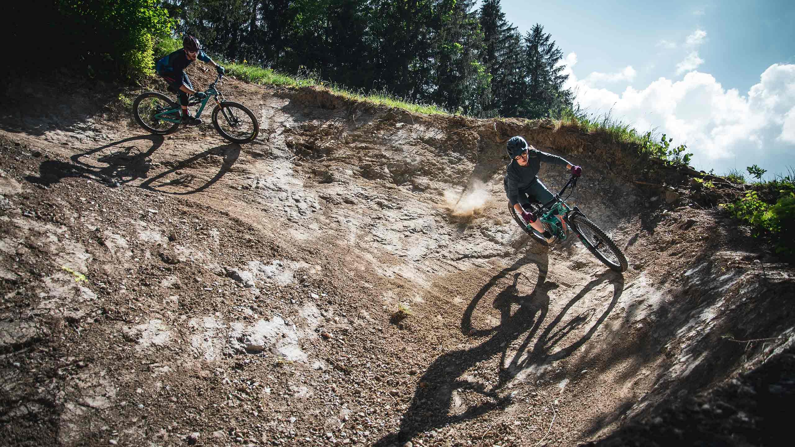 downhill-bikepark-wiriehorn-steilwandkurve-mit-bikern.jpg