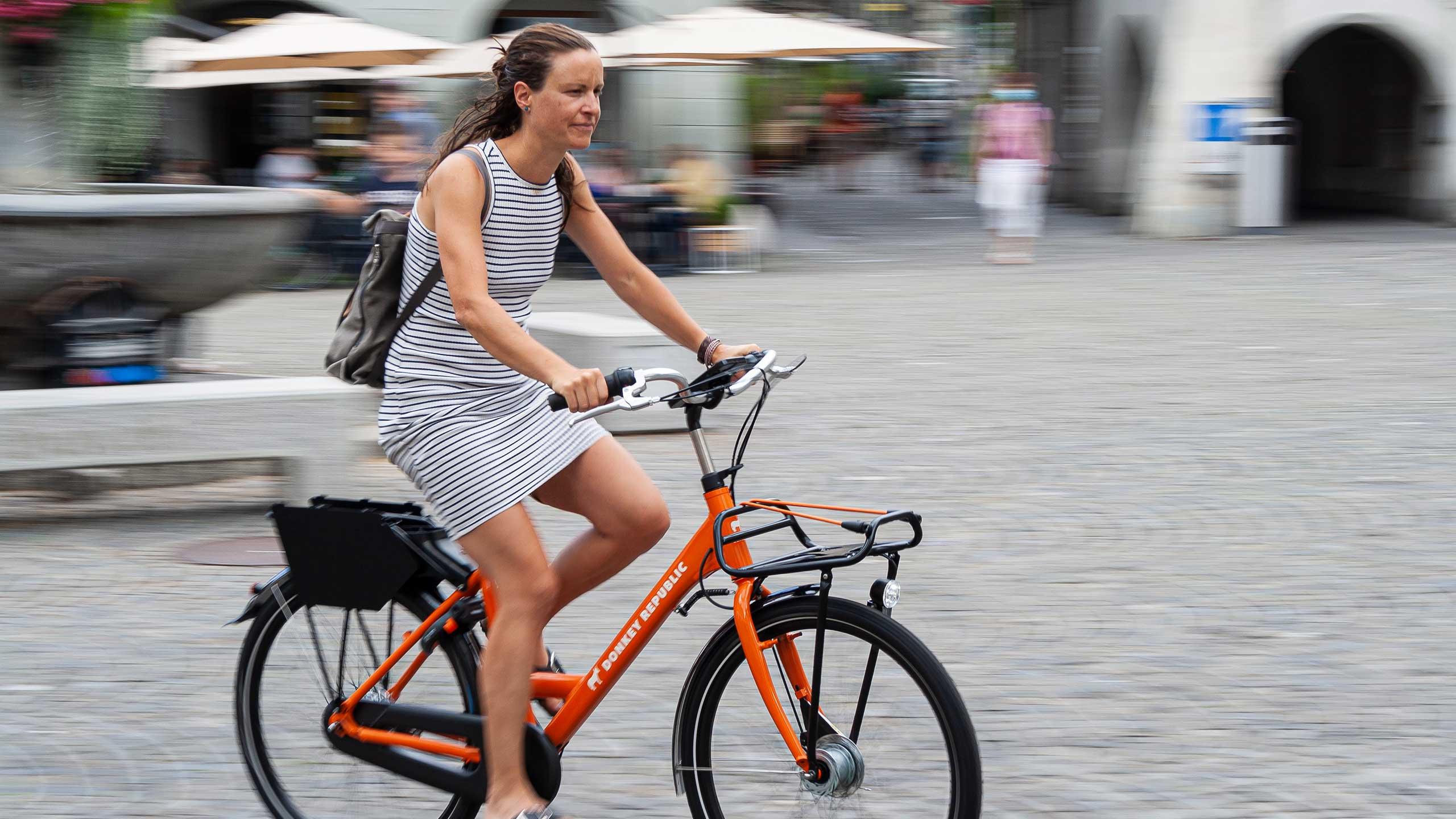 donkey-republic-thun-bike-fahrt-durch-stadt.jpg