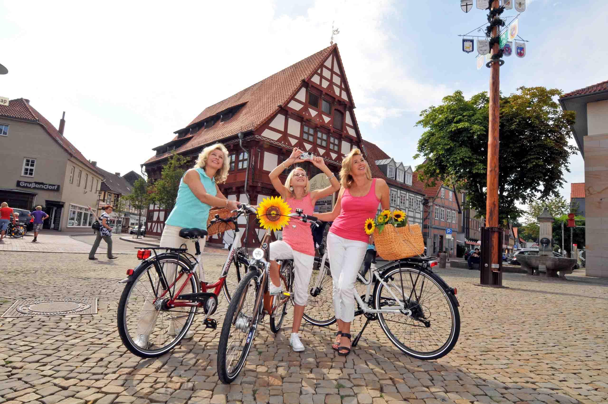 Radfahrer auf dem Gifhorner Marktplatz