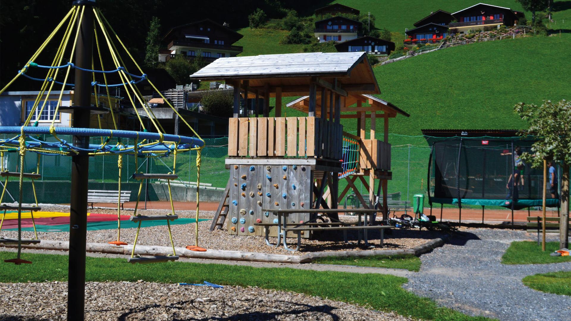 beatenberg-spielplatz-drehschaukel
