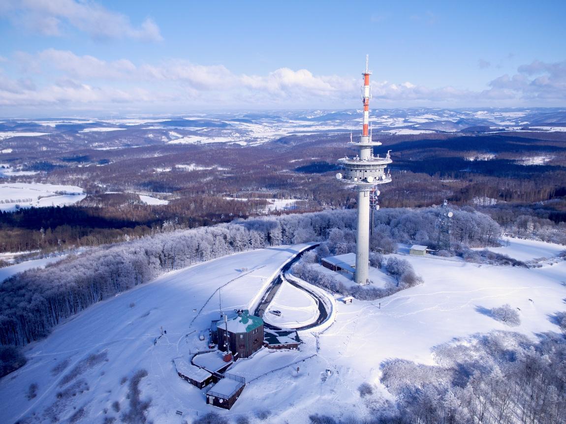 Luftaufnahme vom Köterberg im Winter