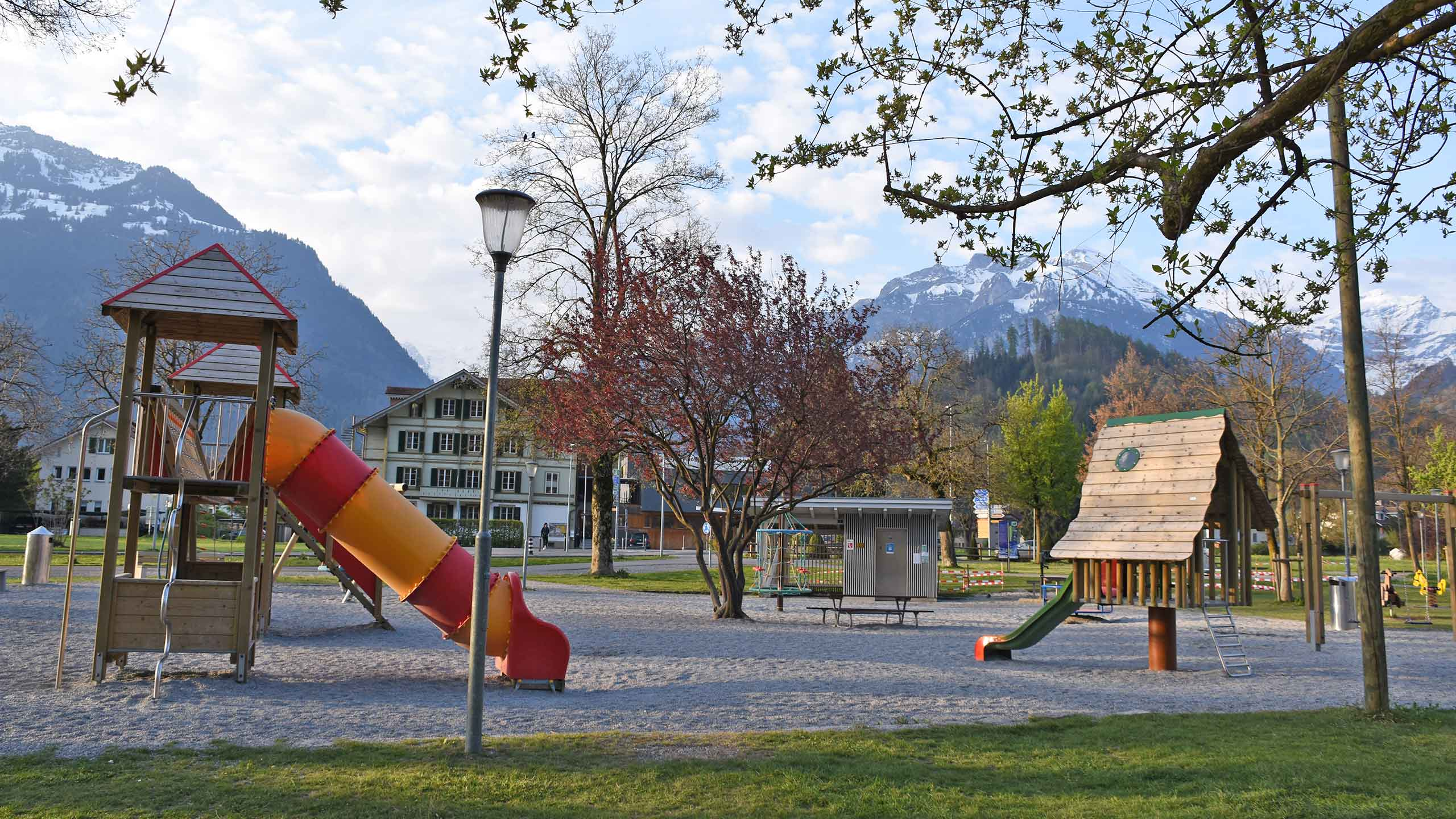 spielplatz-hoehematte-interlaken-rutschbahn-spielgelaende.jpg