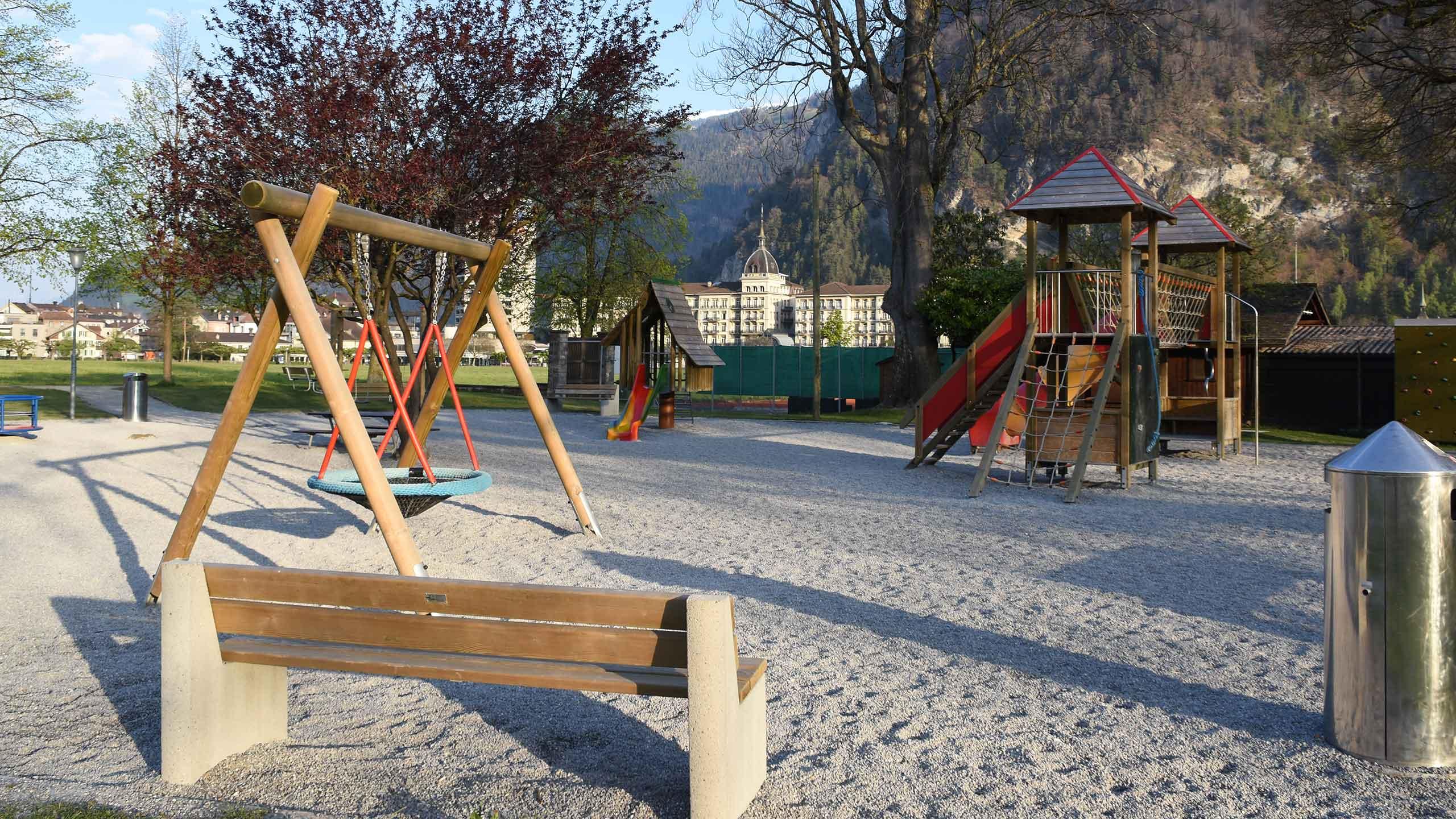 spielplatz-hoehematte-interlaken-gelaende-spielgeraete-rutschbahn.jpg
