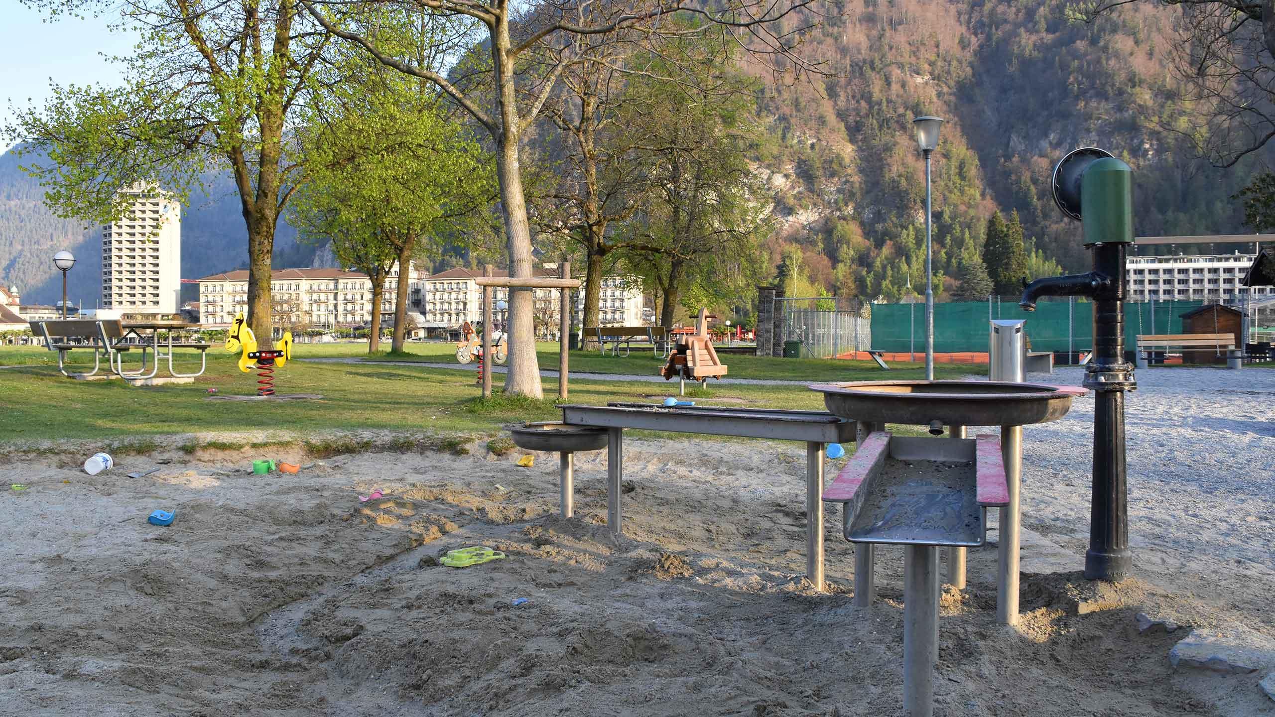 spielplatz-hoehematte-interlaken-wasserspiele-sand-sitzbank.jpg