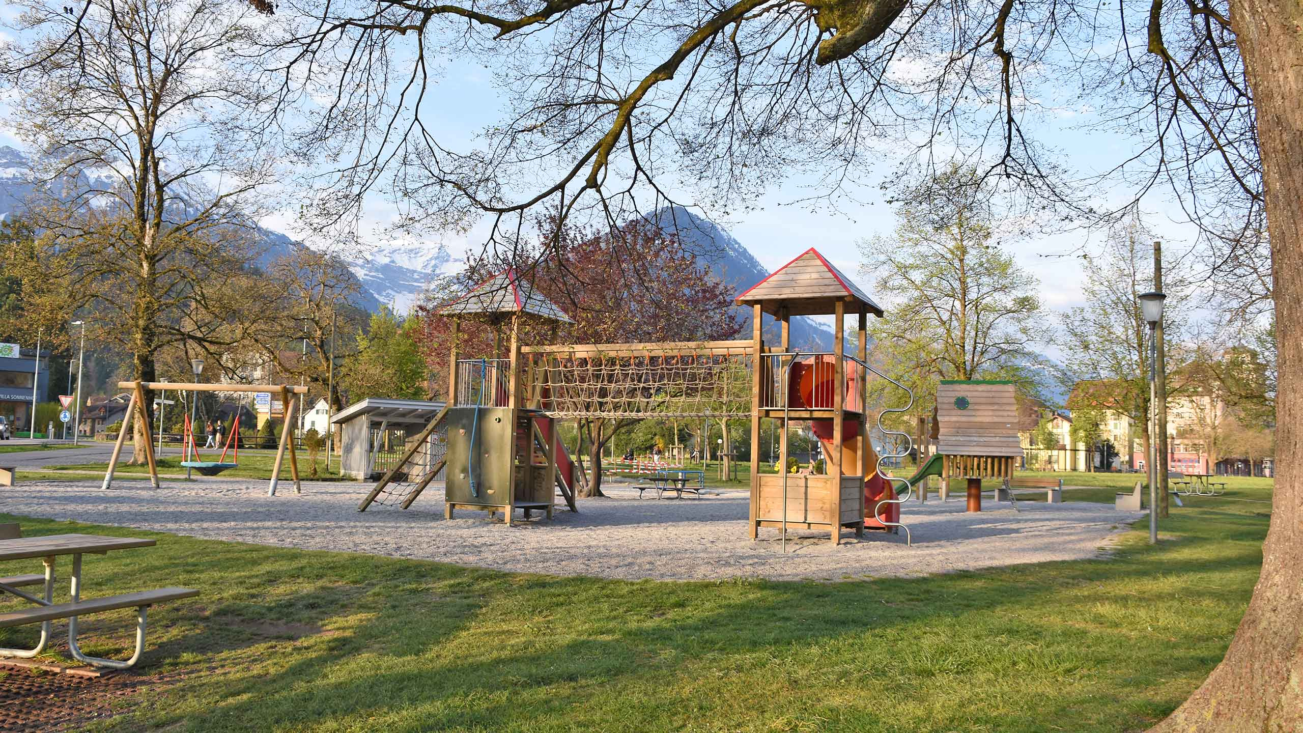 spielplatz-hoehematte-interlaken-spieltuerme-gelaende.jpg