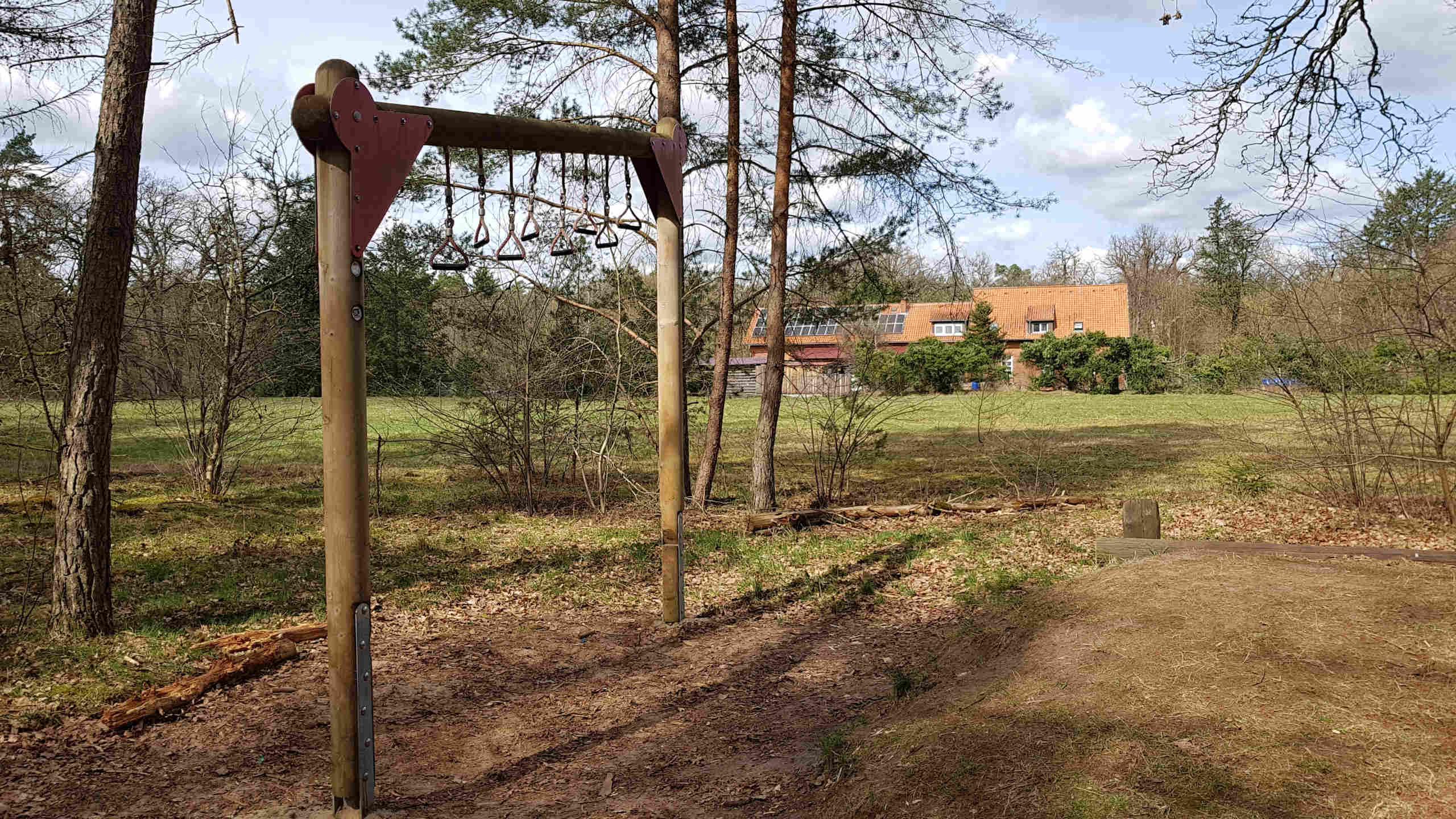 Ein Sportgerät auf dem Waldsportpfad in Ovelgönne