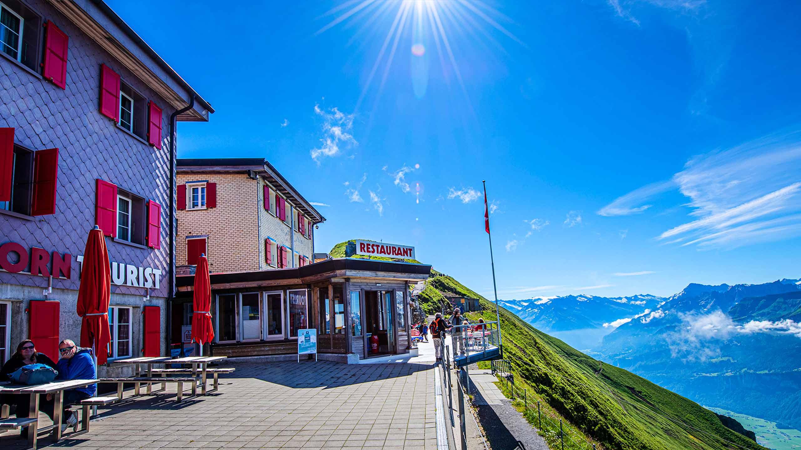 berghaus-rothorn-terrasse-sicht-hasli-sommer.jpg