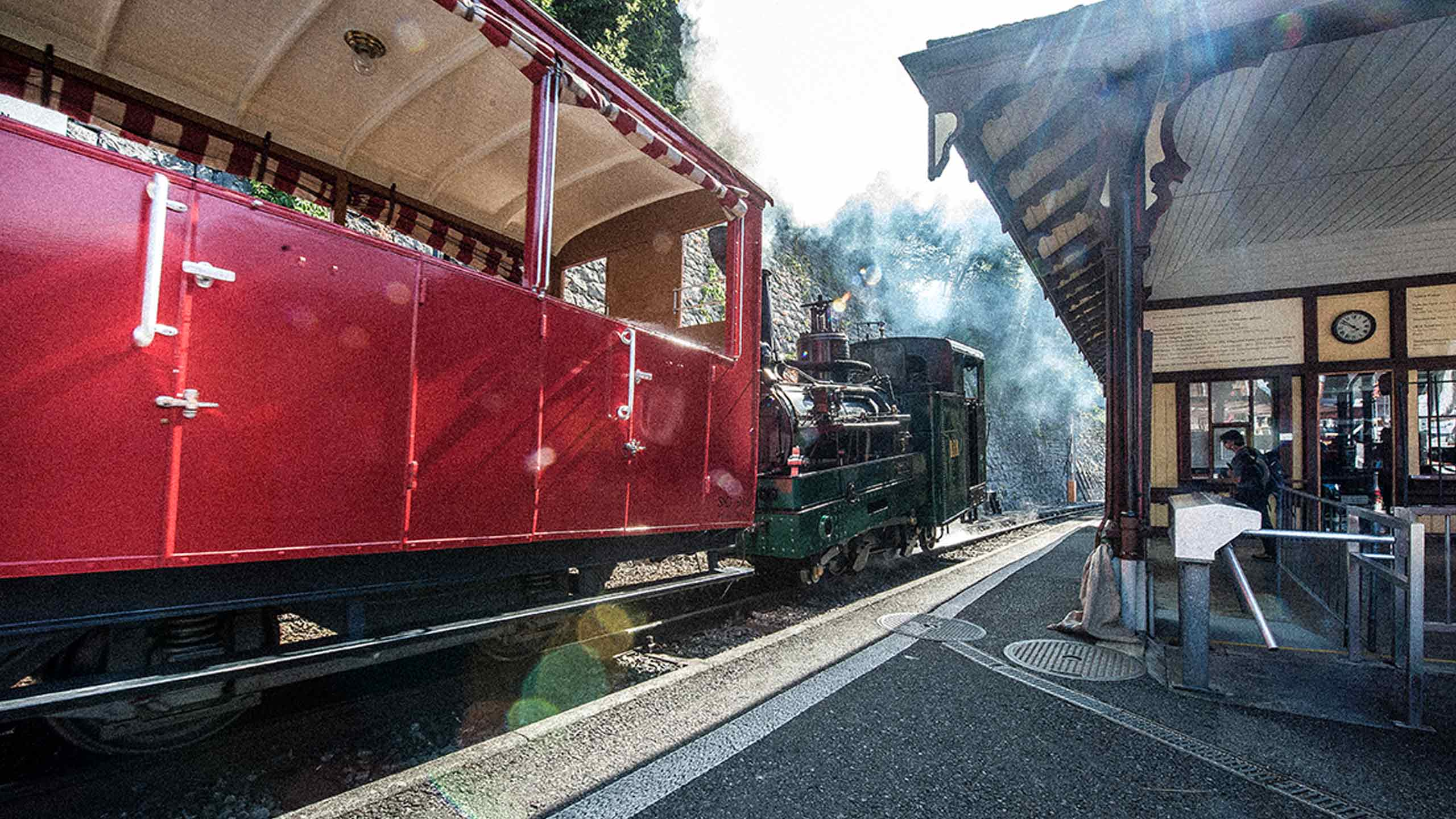 brienz-rothorn-bahn-talstation-dampflokomotive-wagen.jpg
