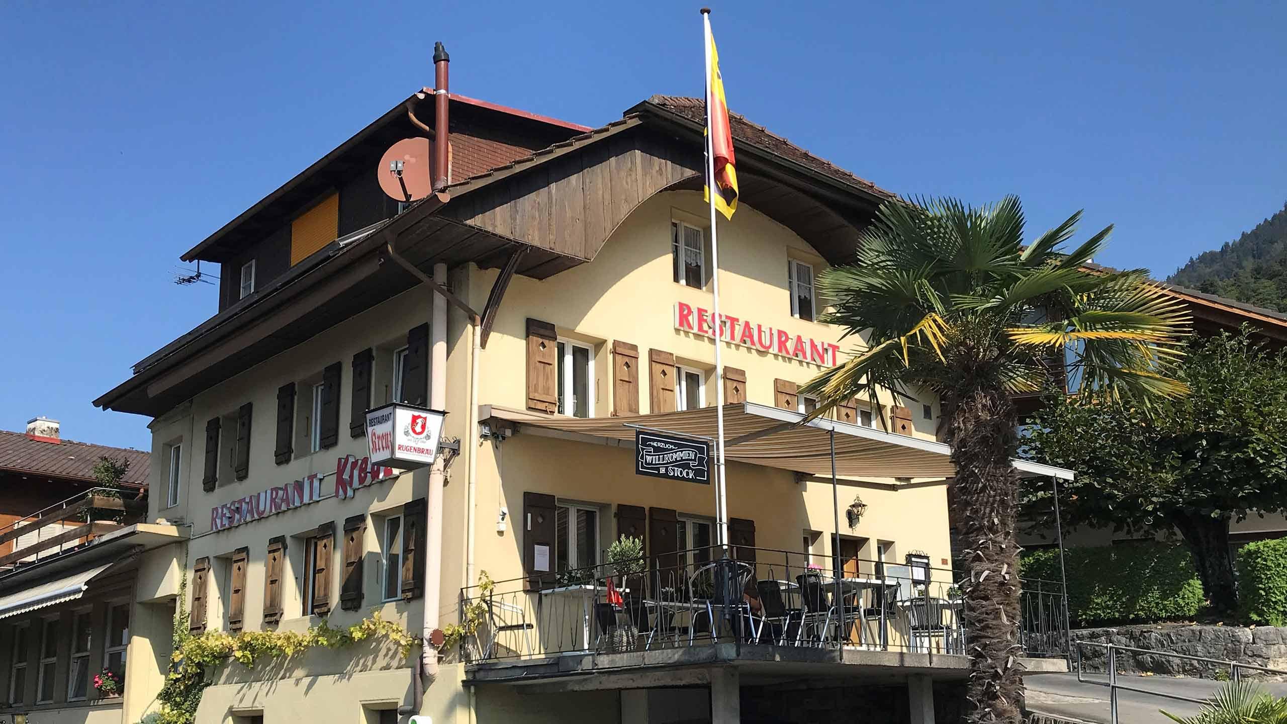 restaurant-kreuz-stock-merligen-aussenansicht-palme-terrasse-gebaeude.jpg