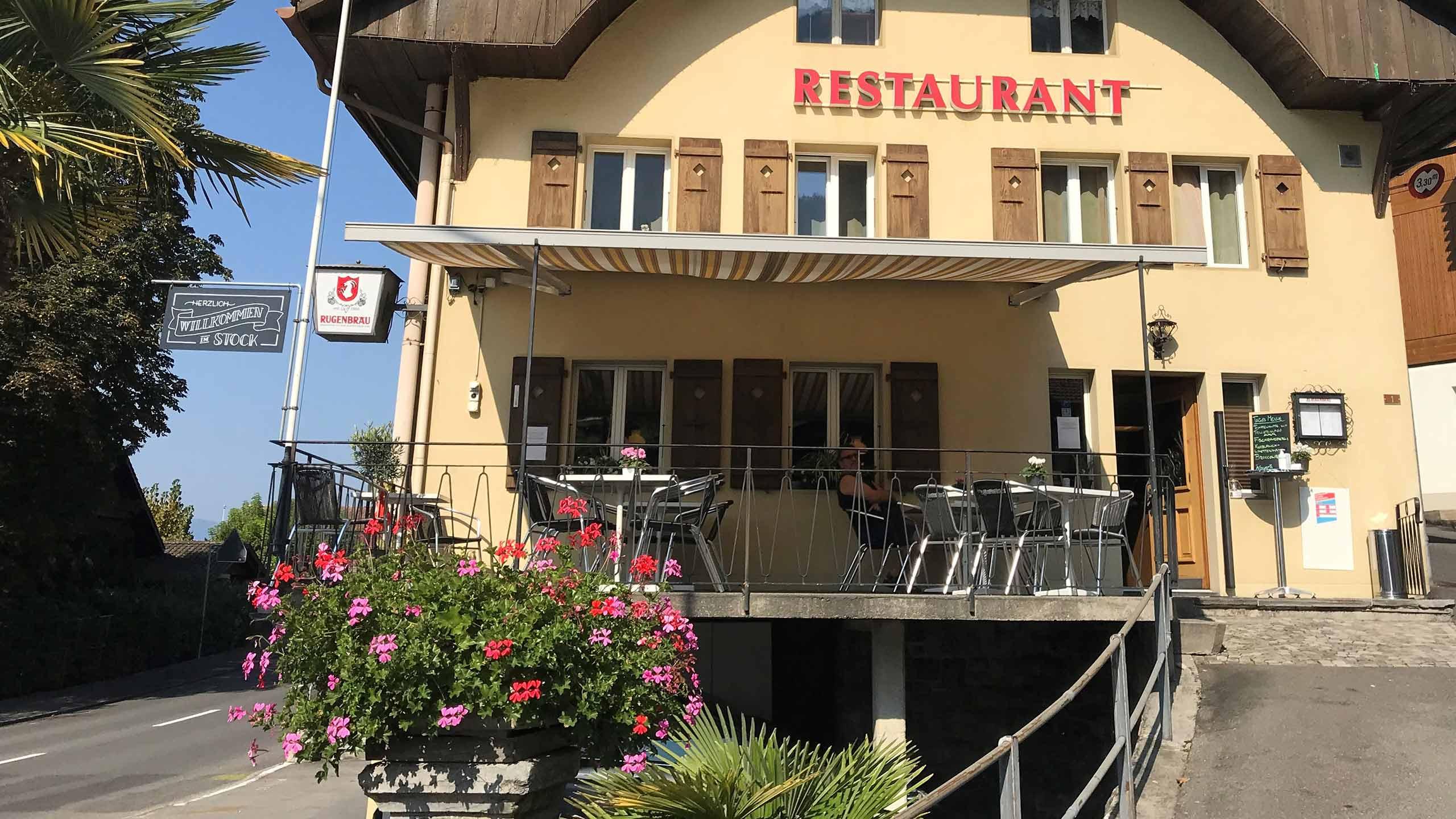 restaurant-kreuz-stock-merligen-seitenansichtt-terrasse--palme-gebaeude.jpg