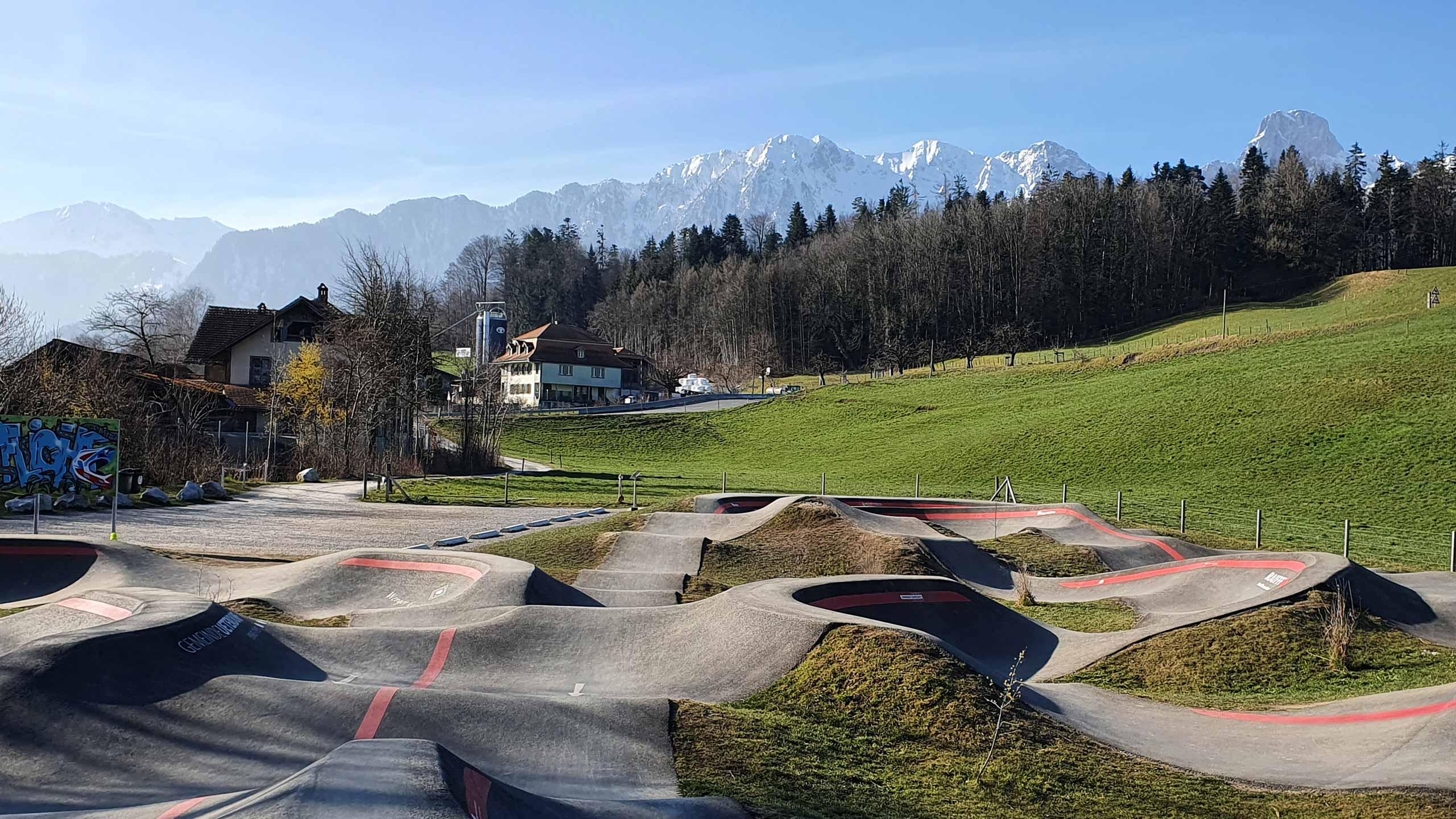 pumptrack-tierachern-bergkette-stockhorn-gras-fruehling.jpg