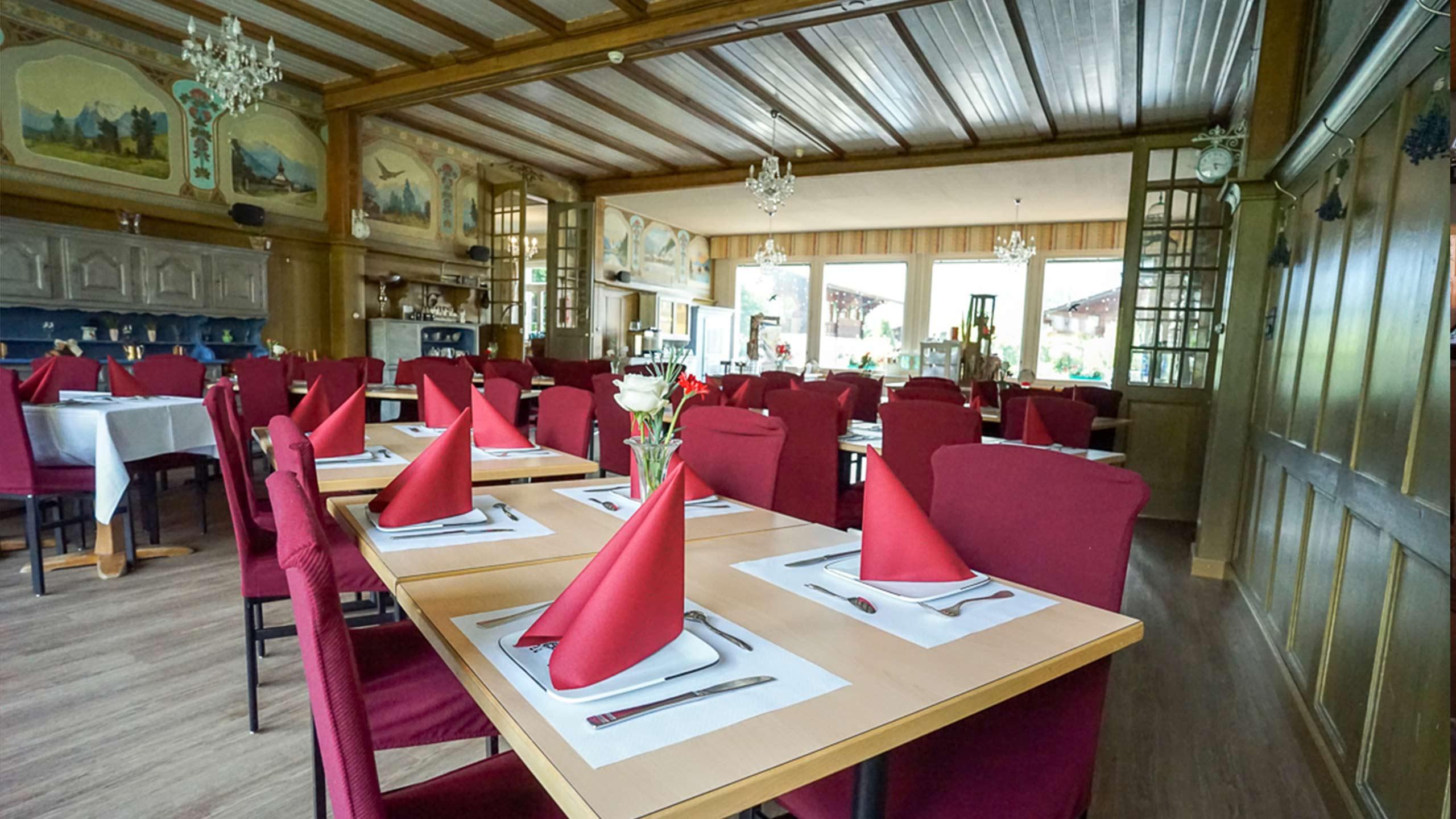 edelweiss-restaurant-wilderswil-saal-tische-gedeckt.jpg