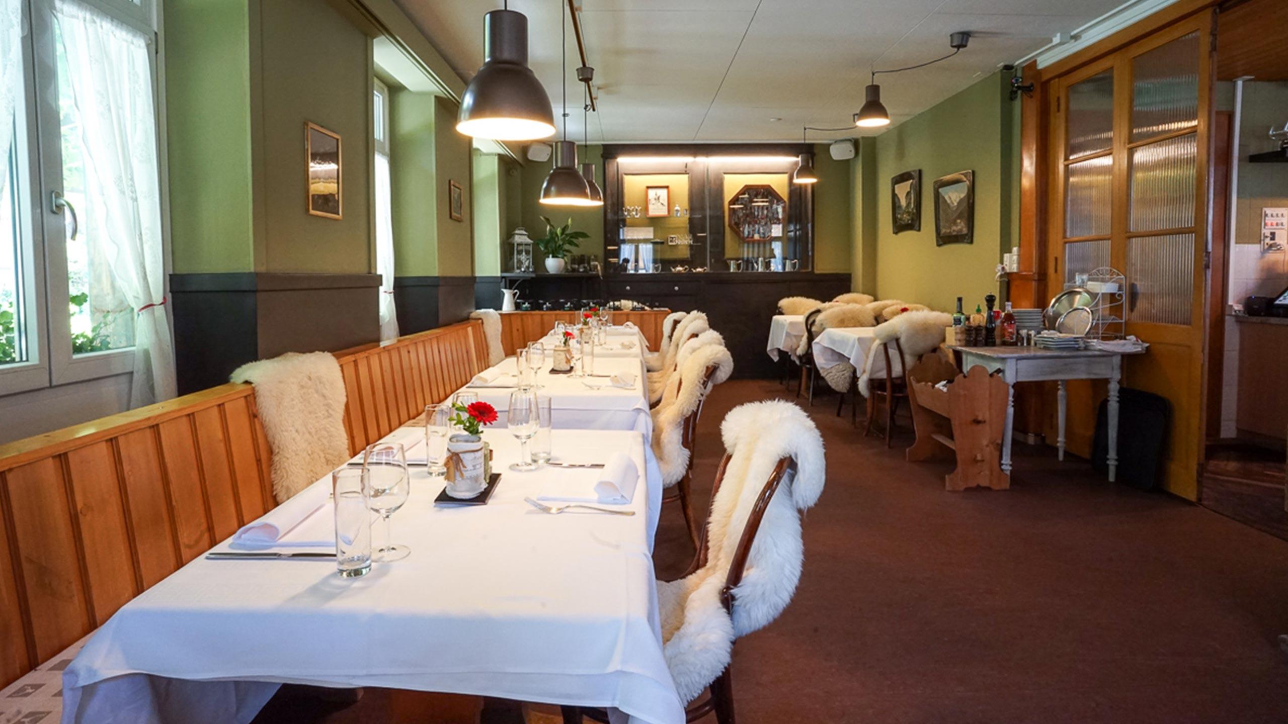 edelweiss-restaurant-wilderswil-saal-tische-weiss-gedeckt.jpg
