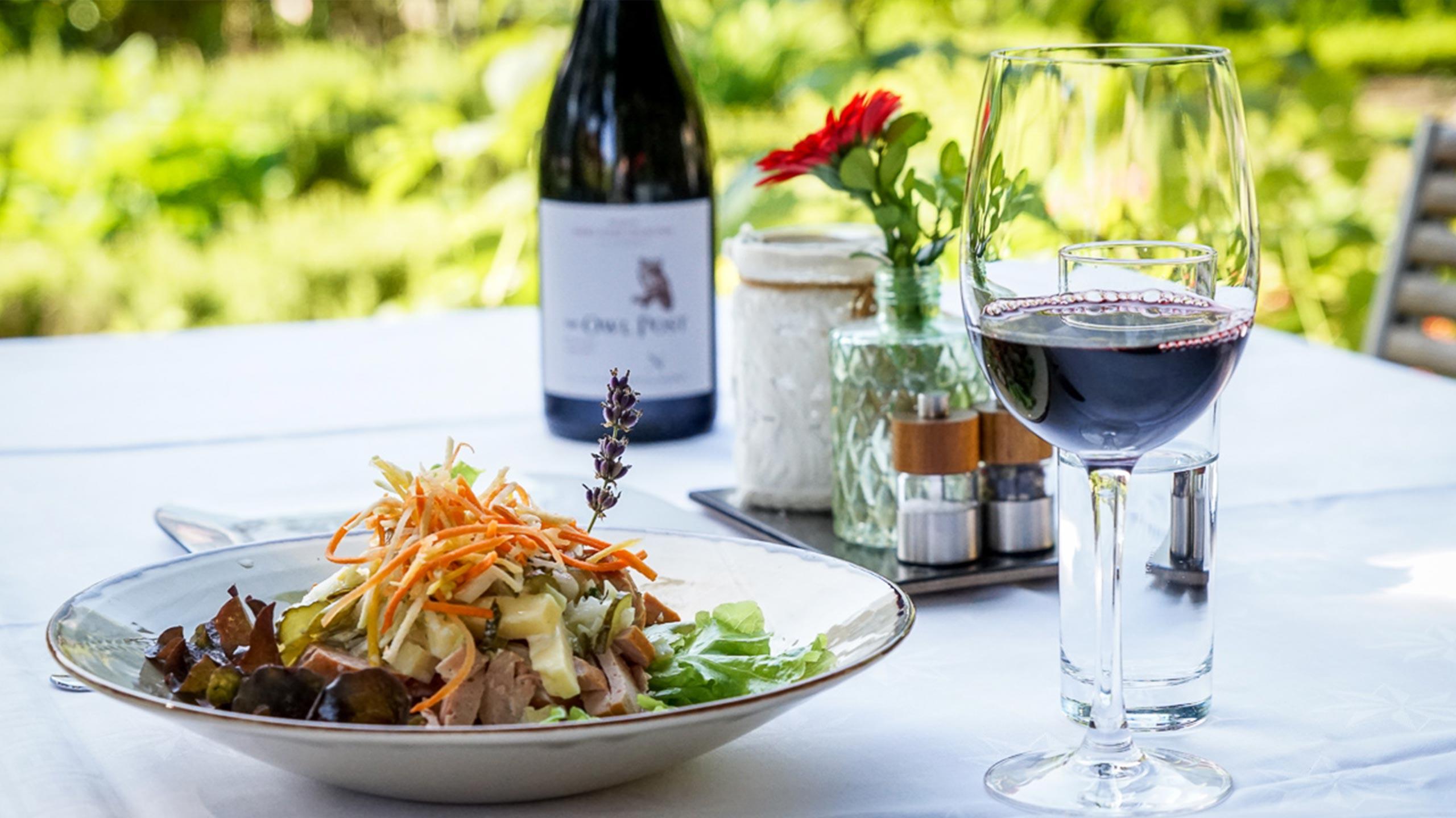 edelweiss-restaurant-wilderswil-wurst-kaese-salat-wein.jpg