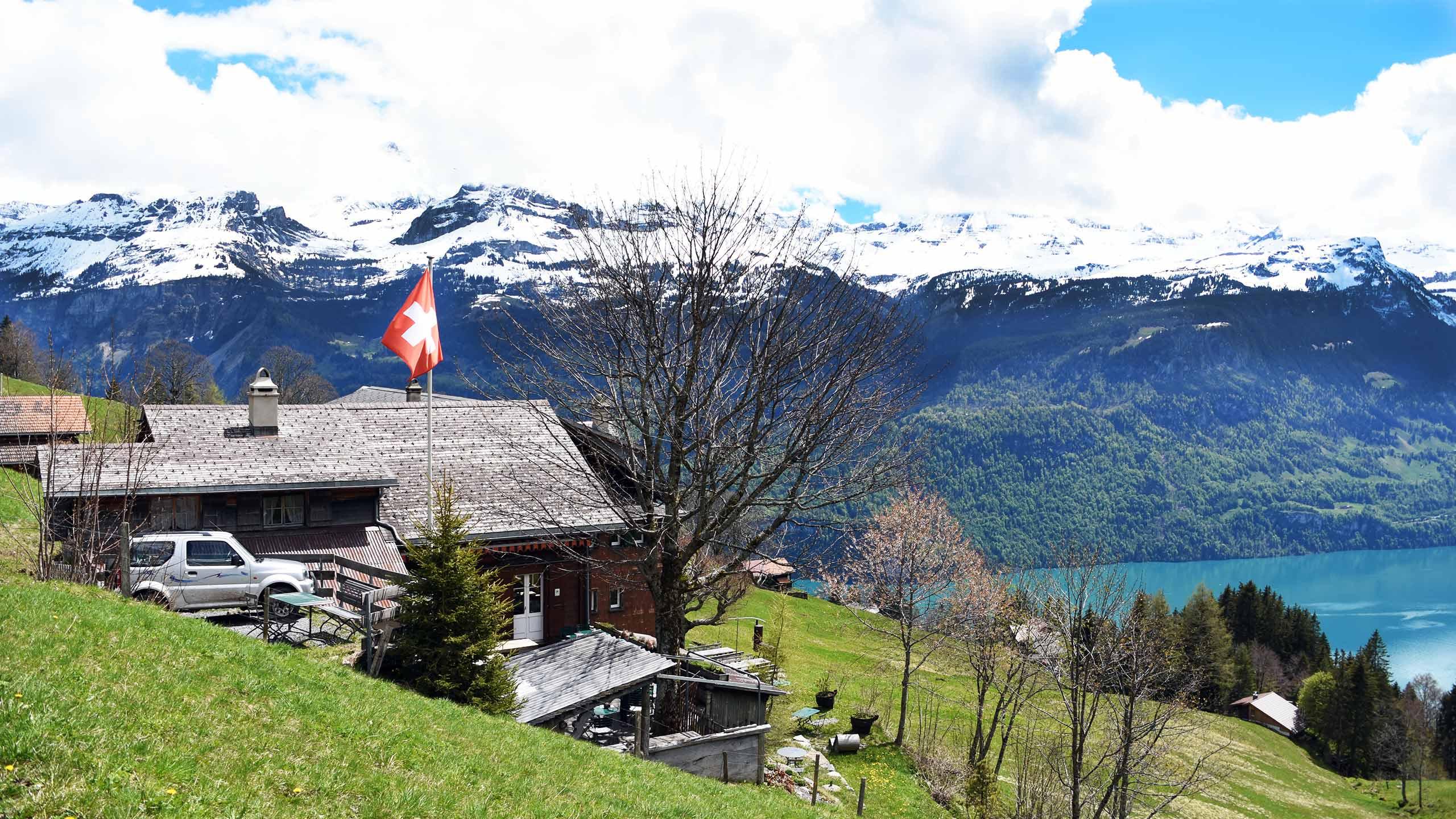 bergrestaurant-planalp-aussenansicht-terrasse-aussicht-brienzersee.jpg